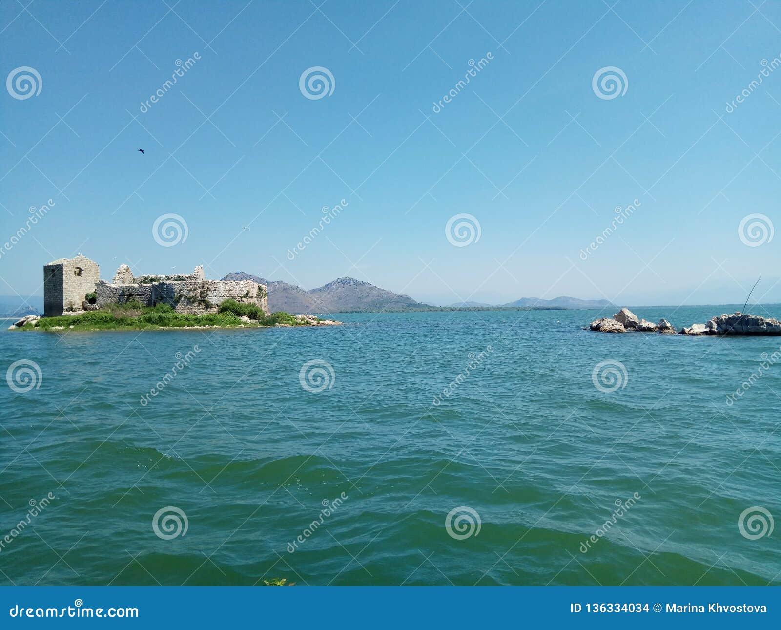 A fortaleza velha na ilha no meio do lago Skadar em Montenegro