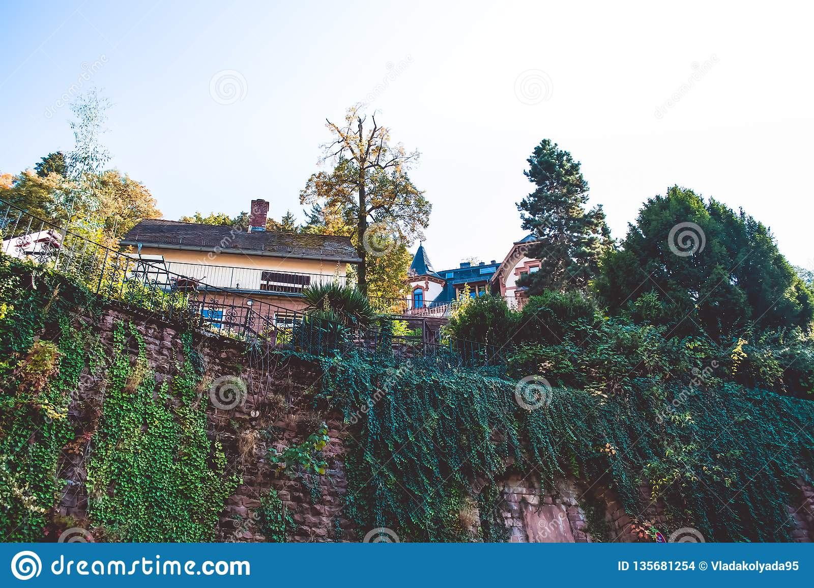 Fortaleza vieja de la pared cerca del sector privado en la pequeña ciudad en Alemania trepadores