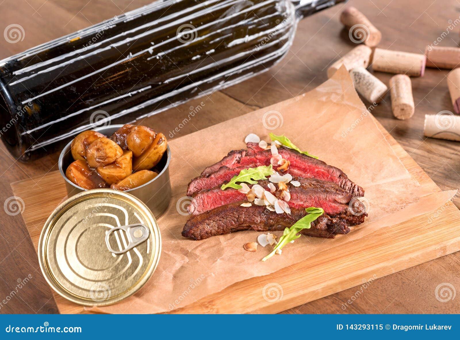 Fortalezca el filete de lado con las almendras y las patatas tostadas del azafrán