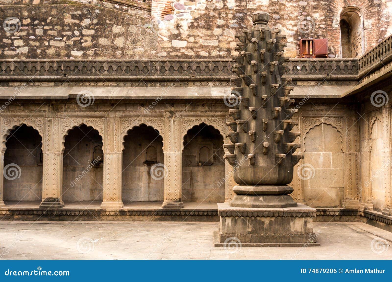 Forte em maheshwar, india com arcos e uma coluna cinzelada