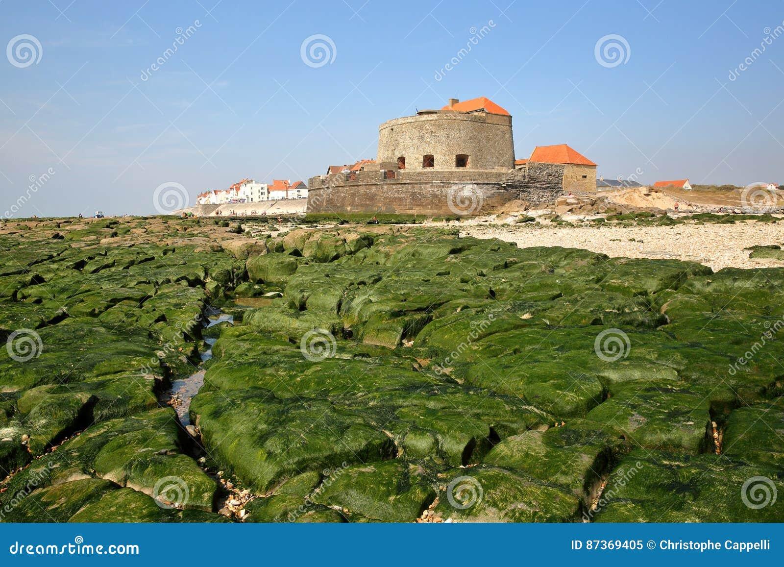 Forte Mahon e Ambleteuse no ` Opale da costa d, Pas-de-Calais, França: vista da praia na maré baixa