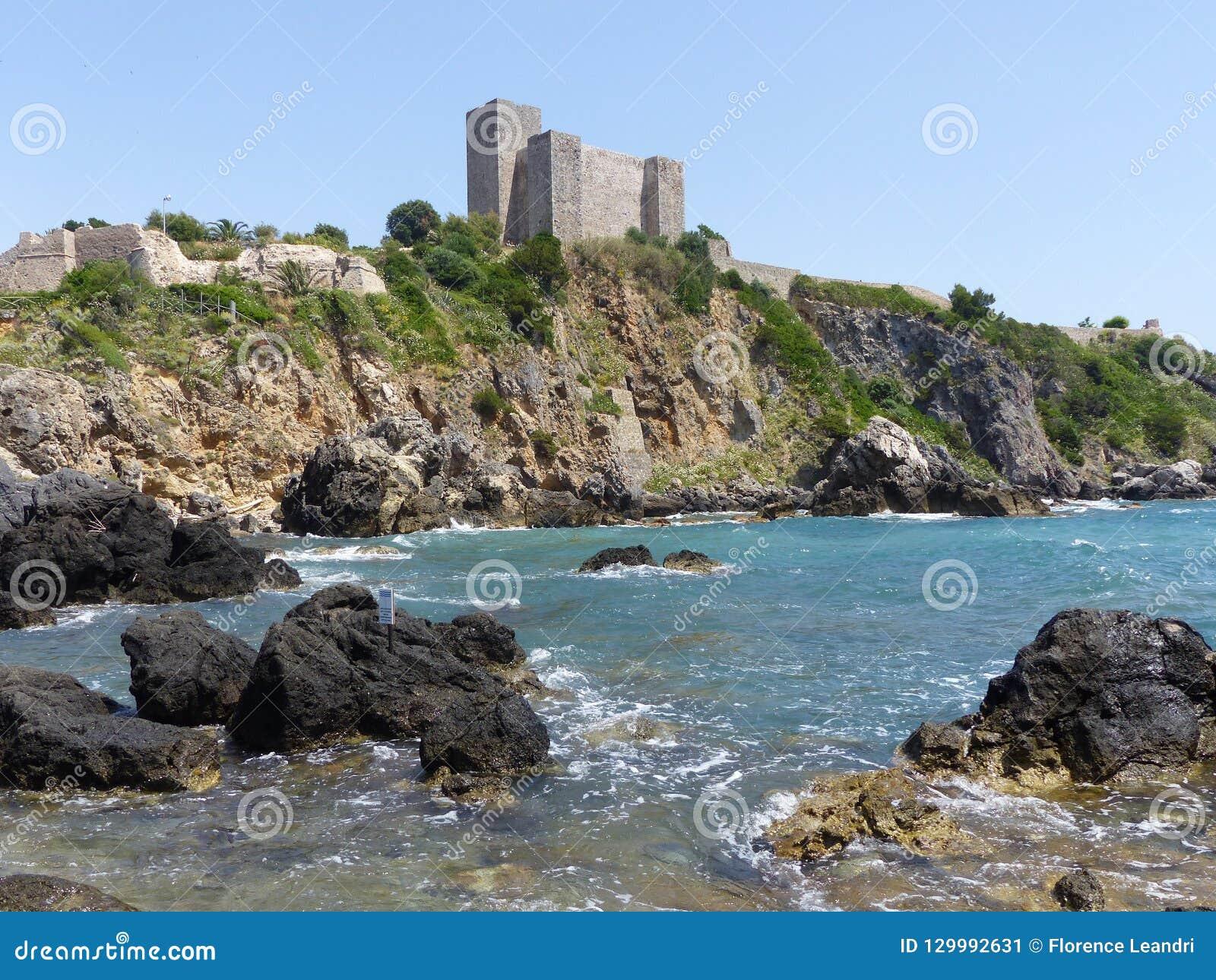 Forteca Aldobrandeschi Talamone, nakładająca nabrzeżna fortyfikacja, Toscana, Włochy