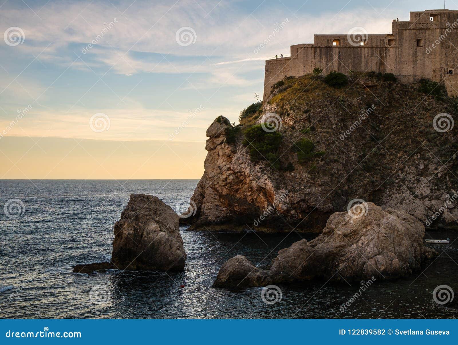 Forteca stary miasto Dubrovnik i skały Chorwacja