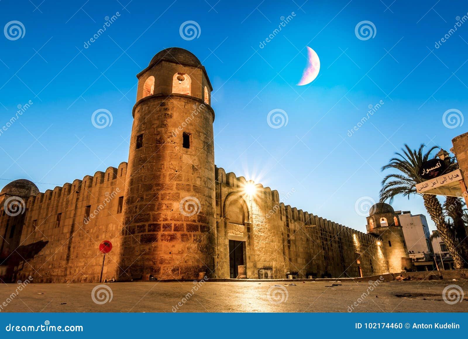 Forteczny Ribat w Medina Sousse w moonlit nocy