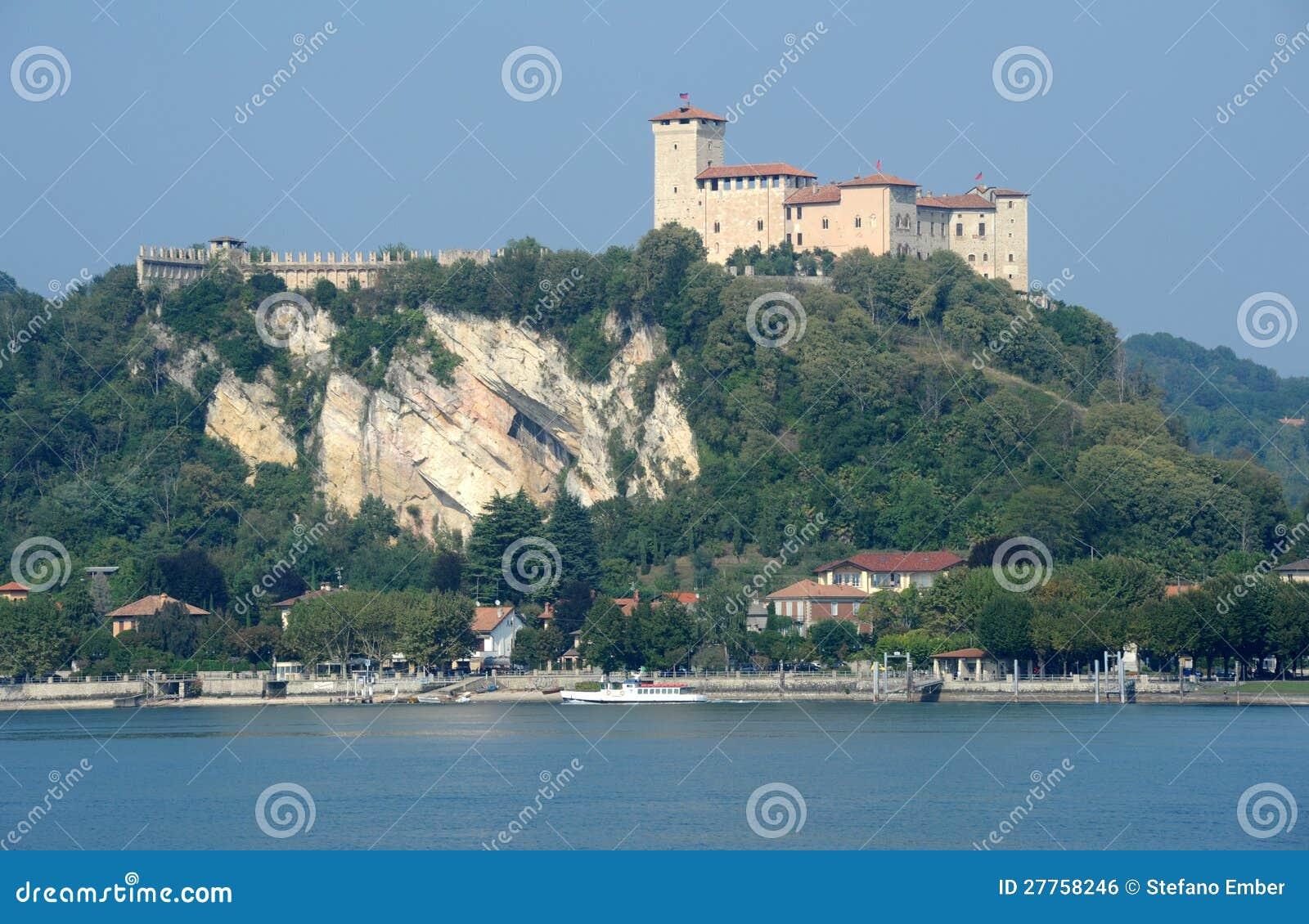 Forteresse de Boromea sur le lac Maggiore