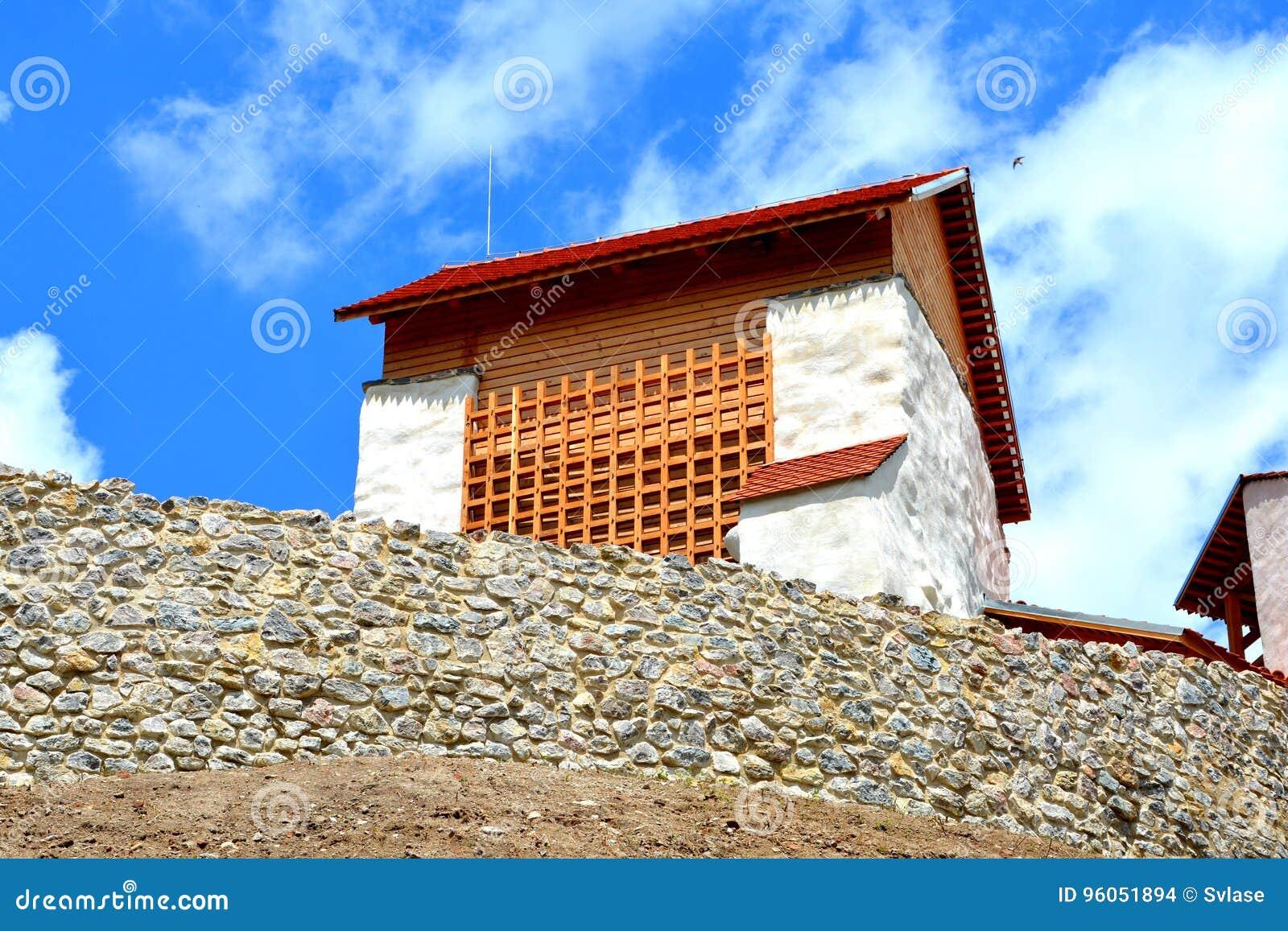 Forteresse saxonne médiévale dans le village Feldioara, la Transylvanie