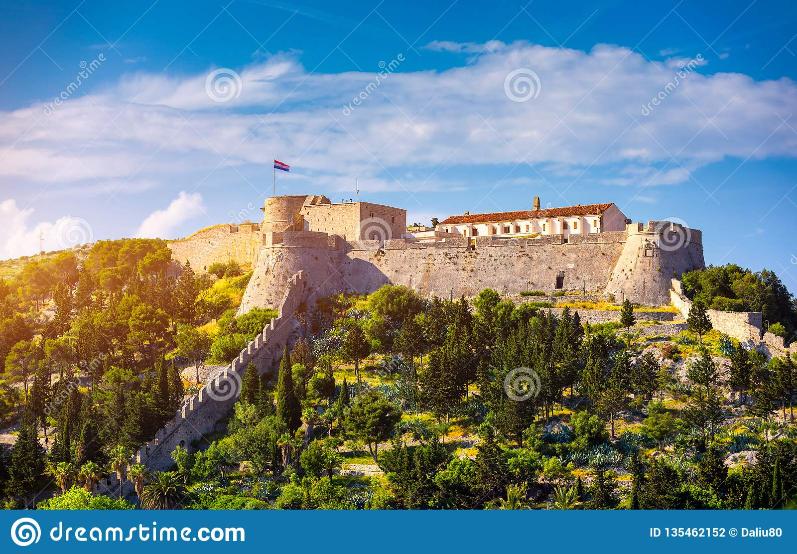 Fortica堡垒(西班牙堡垒或Spanjola Fortres)在赫瓦尔海岛上在克罗地亚 在赫瓦尔海岛上的古老堡垒在镇(