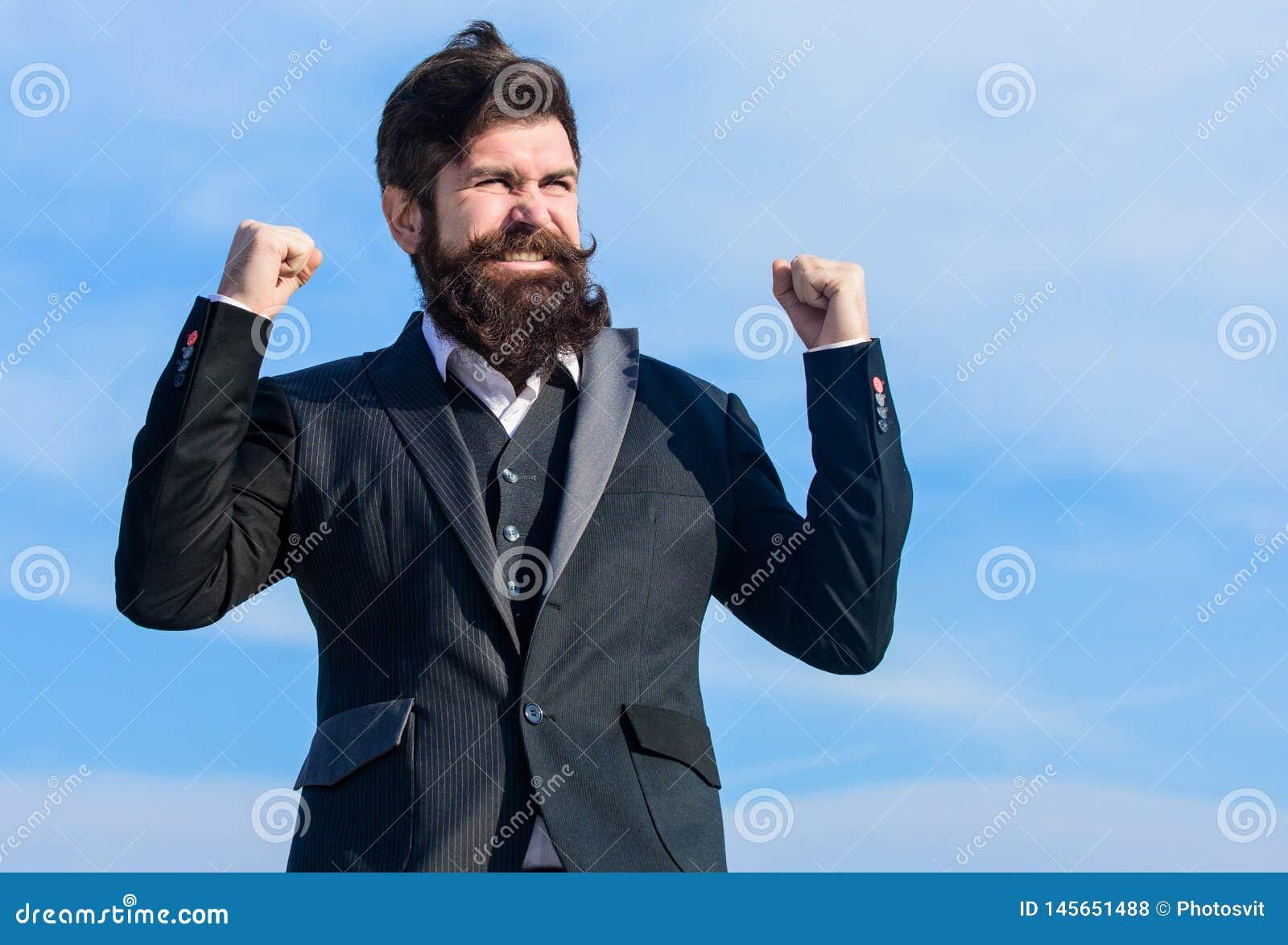Fortschritt Reifer Hippie mit Bart Bärtiger Mann glücklich über Fortschritt Zukünftiger Erfolg und Fortschritt M?nnliche formale