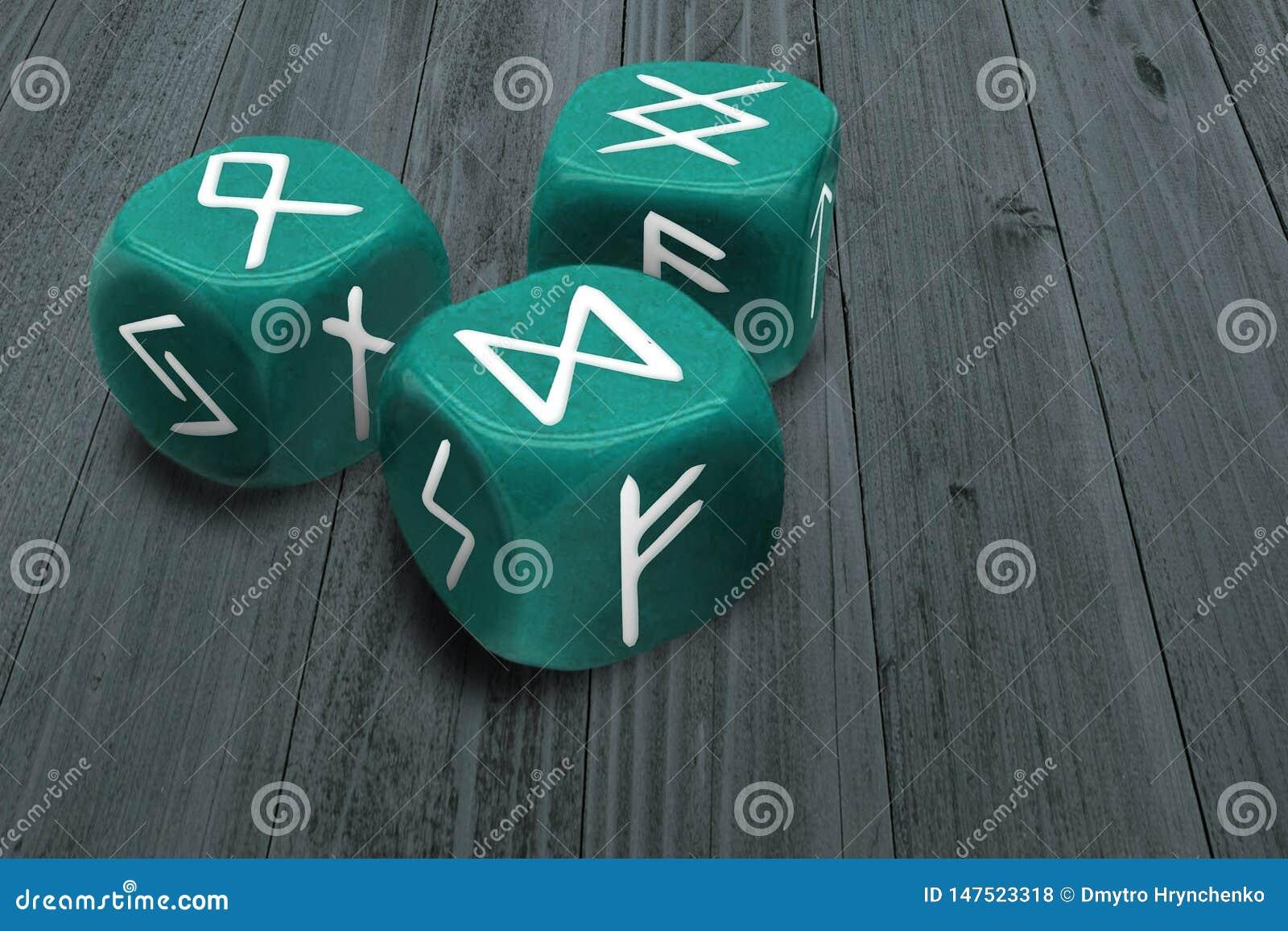 Fortunetelling ou horoscope dressant une carte le concept Trois découpe avec des symboles de signes de runes sur des visages Mili