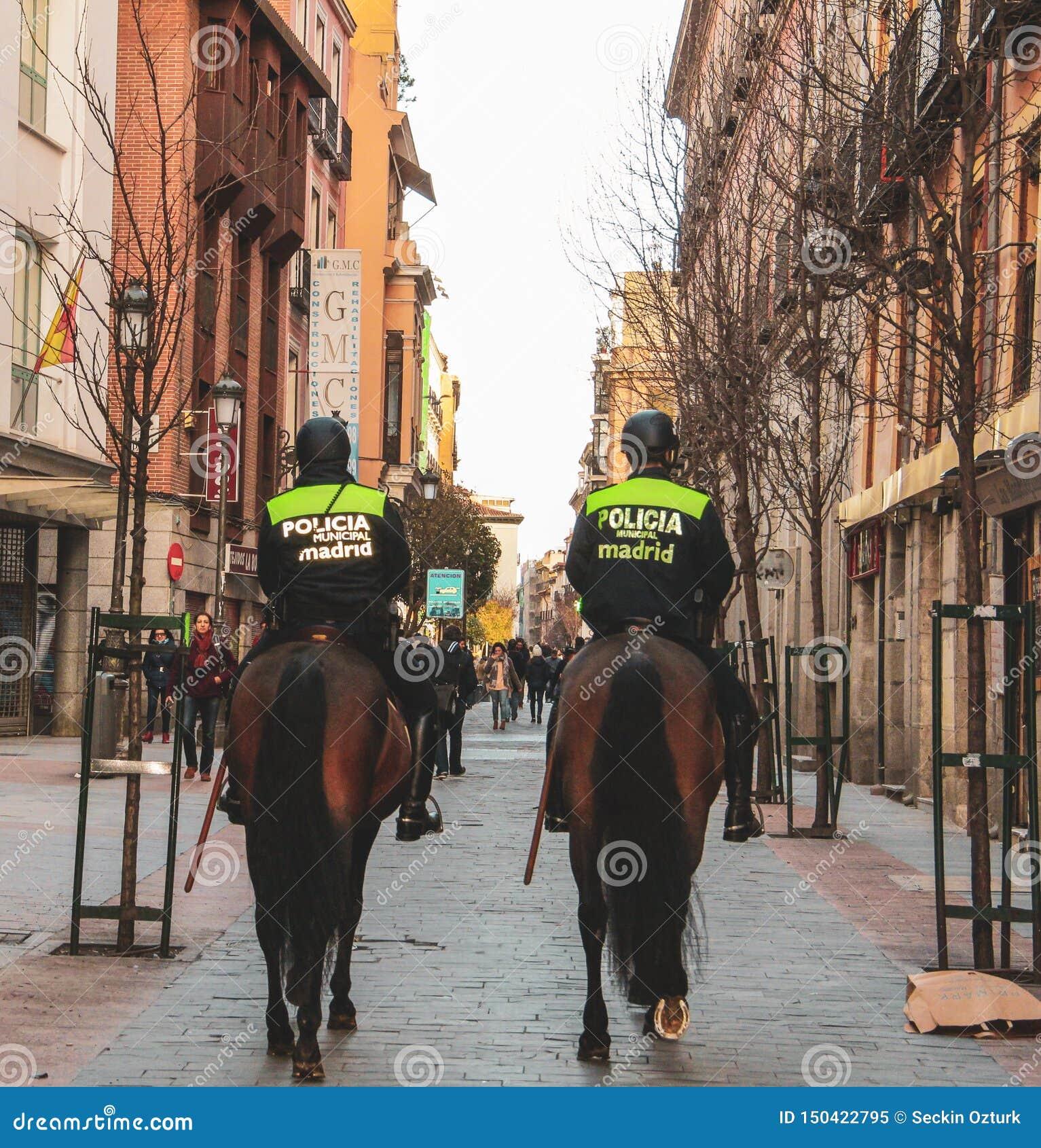 Forza di polizia del cavallo a Madrid, Spagna