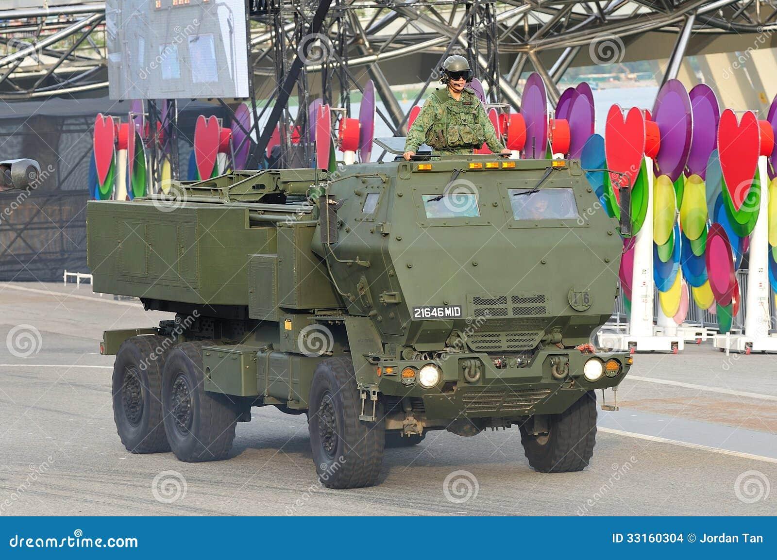 Forze armate di Singapore (FAS) che dimostrano il suo alto sistema del razzo dell artiglieria di mobilità (HIMARS) durante la para