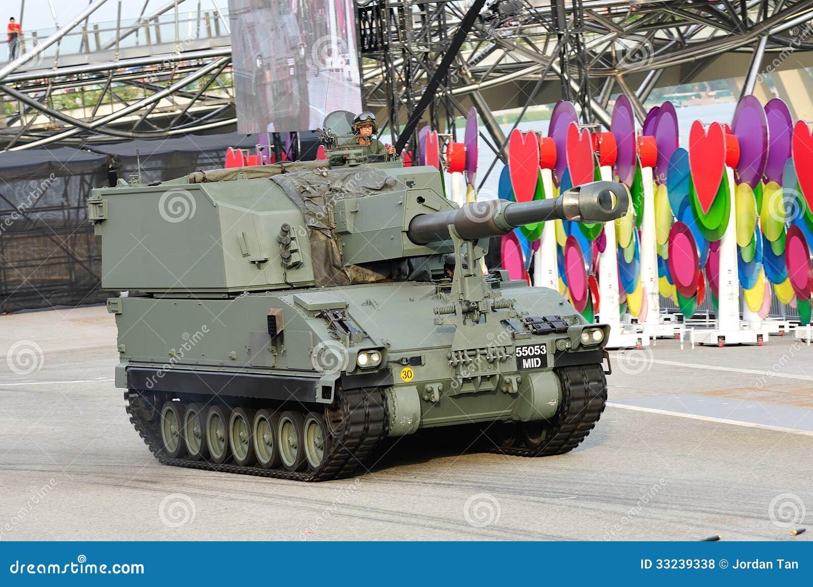 Forze armate di Singapore (FAS) che dimostrano il suo obice automotore di Primus durante la ripetizione 2013 di parata di festa na