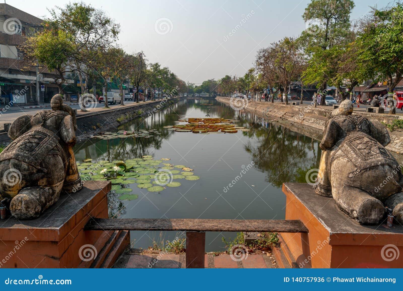 Fosa antigua en el centro de la ciudad de Chiang Mai