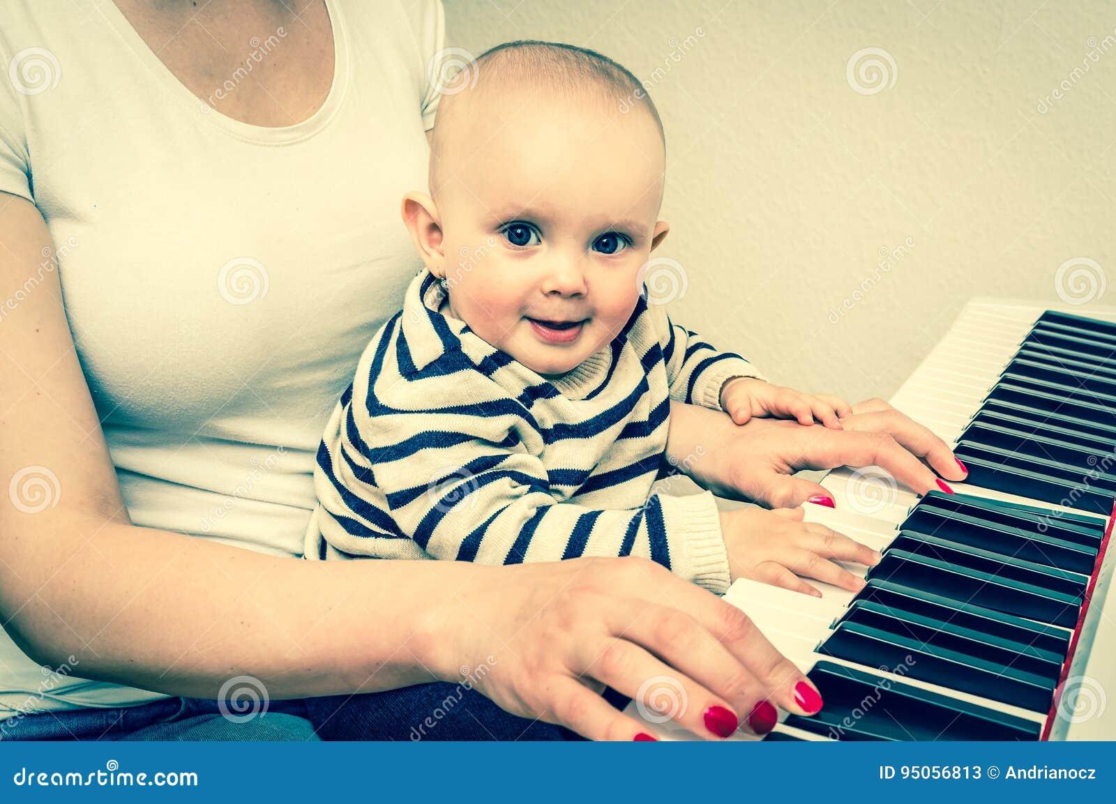 Fostra att undervisa hennes gulligt behandla som ett barn för att spela pianot - retro stil