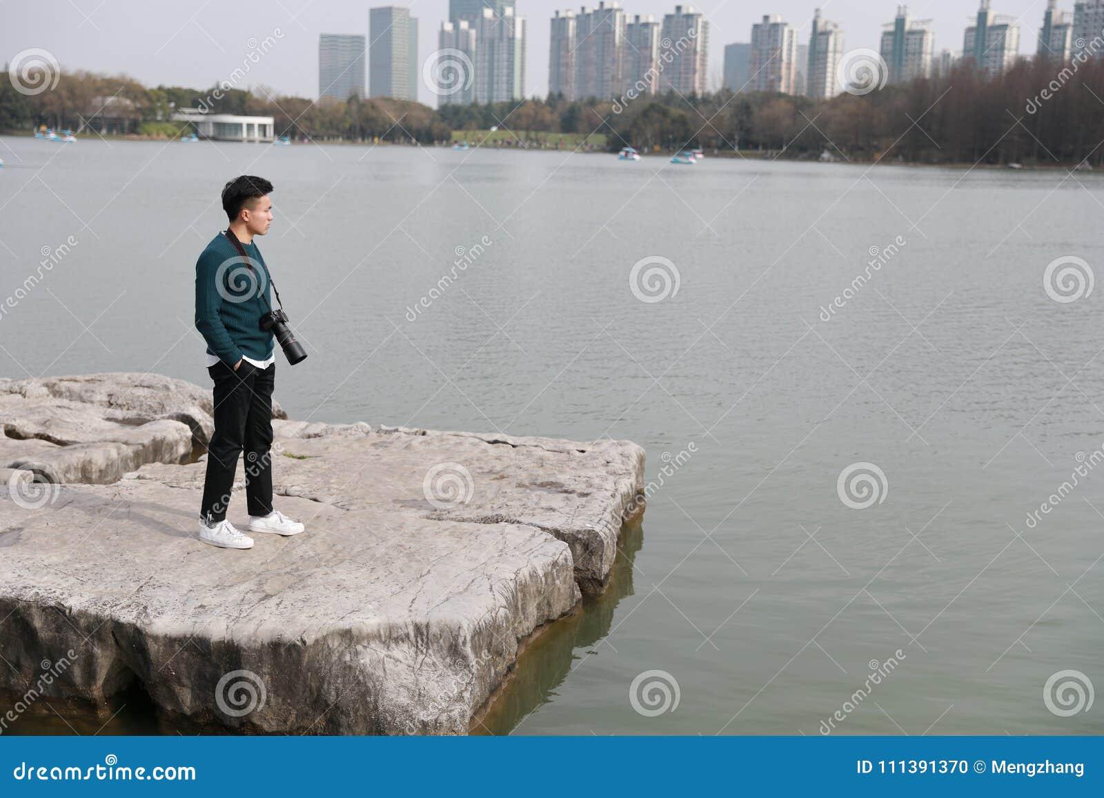 Fotógrafo chinês asiático do homem no parque