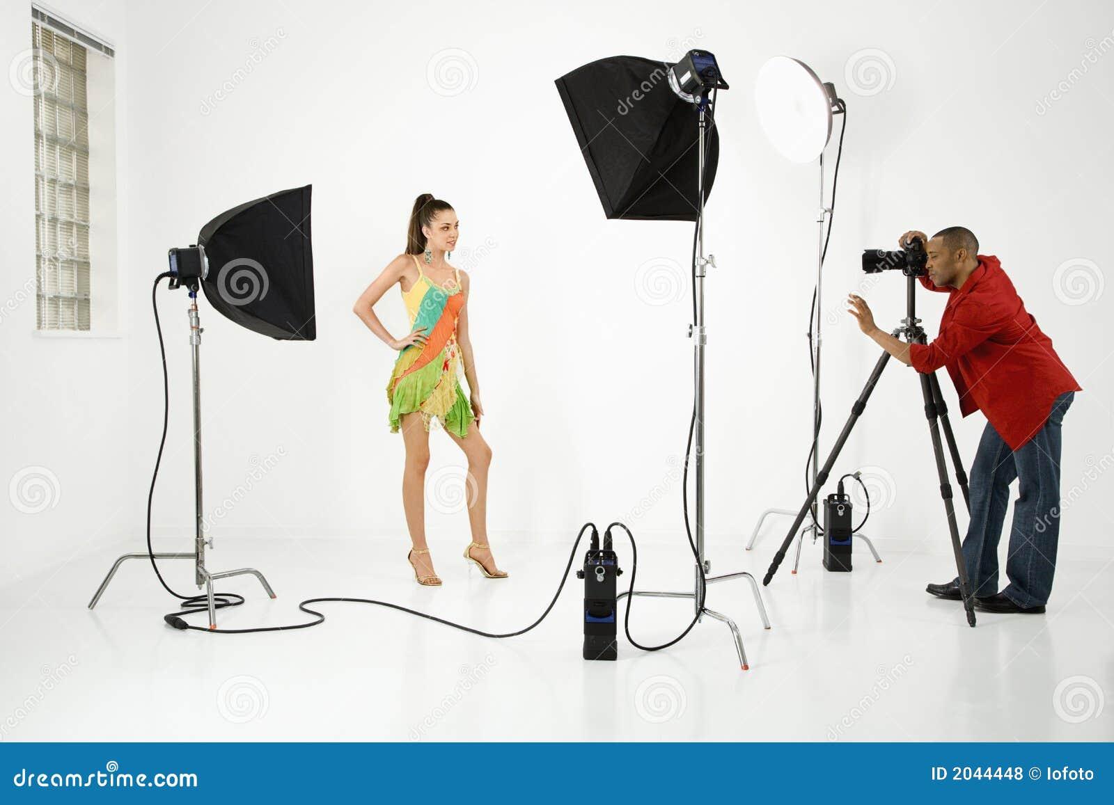 Fotógrafo com um modelo.
