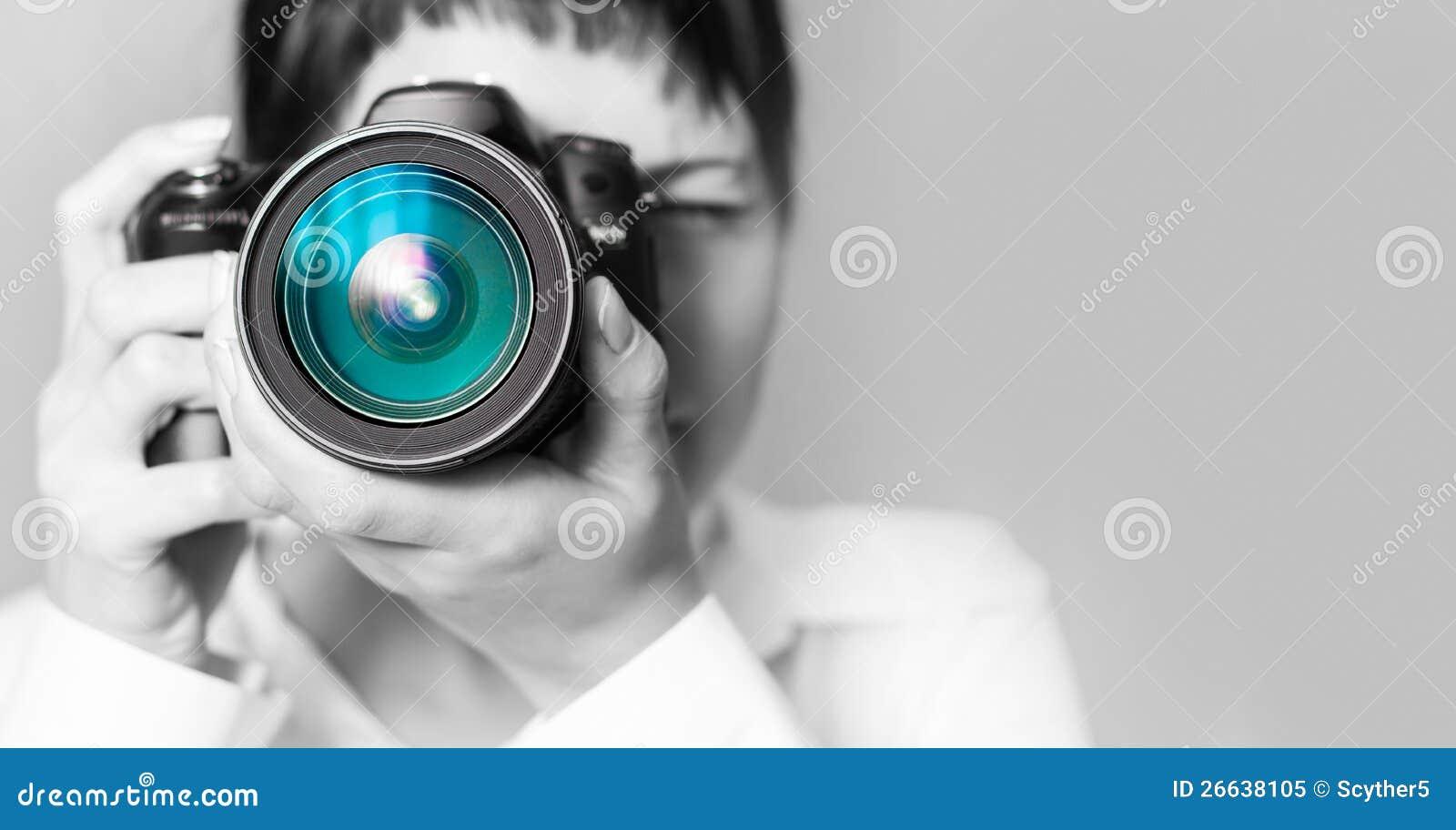 Fotógrafo da mulher com câmera