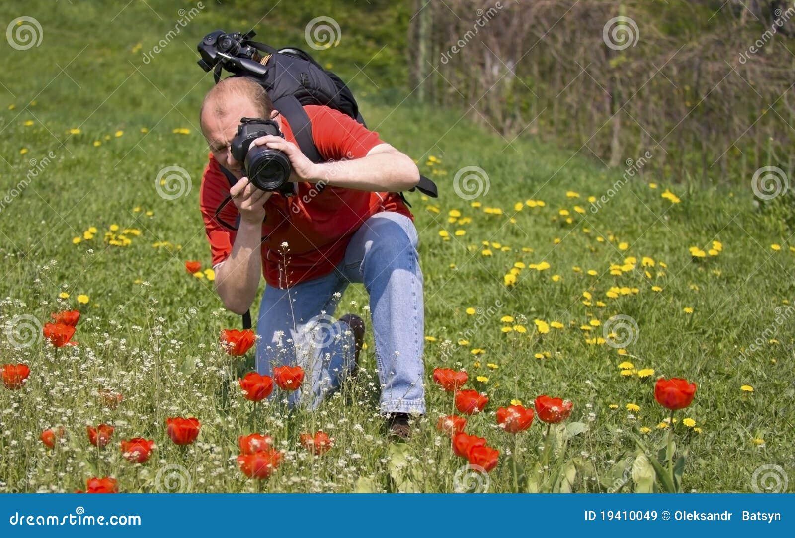 Fotógrafo de la naturaleza en el trabajo