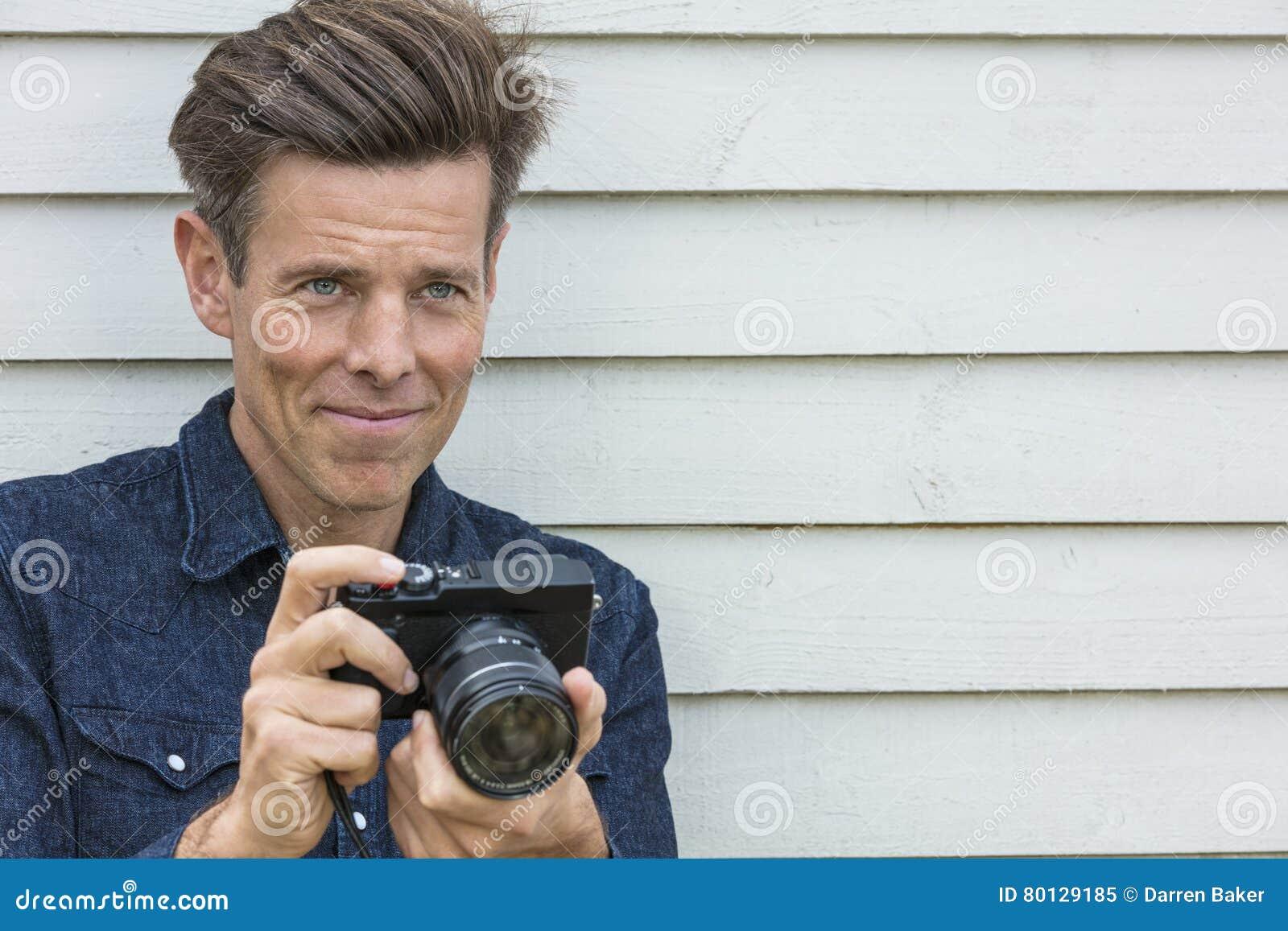 Fotógrafo envejecido centro feliz Using Camera del hombre