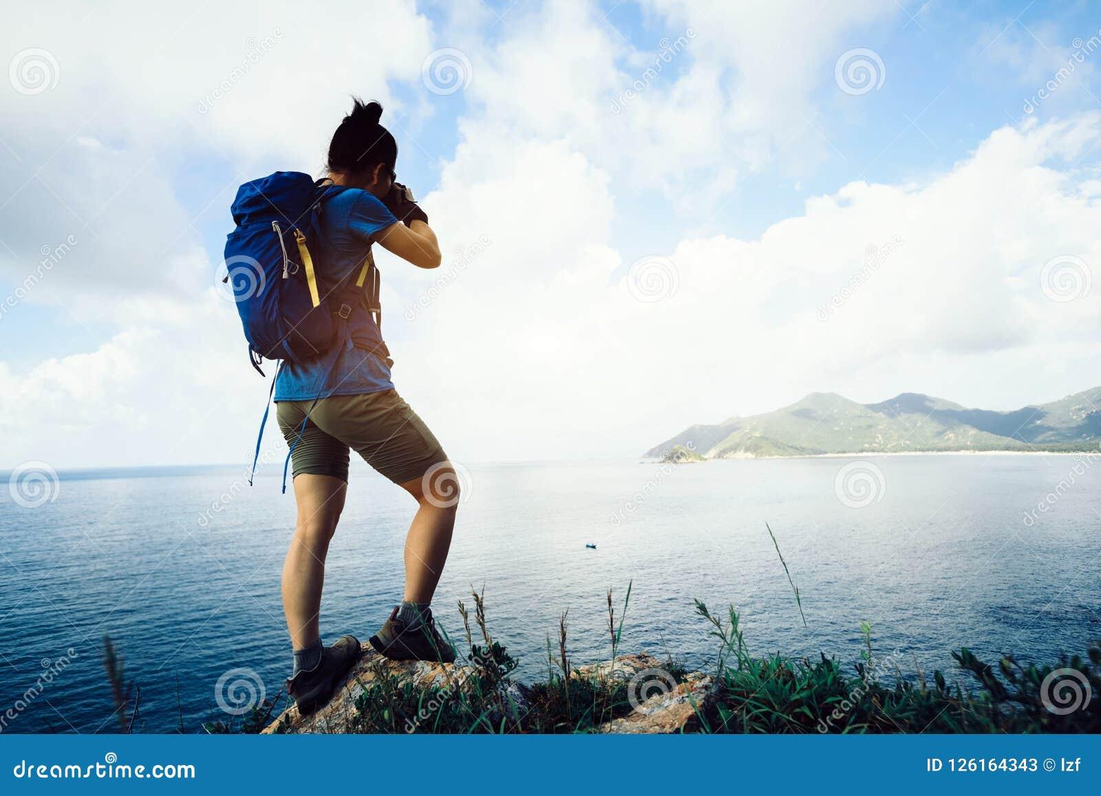 Fotógrafo Hiking In Seaside que toma a foto com câmera