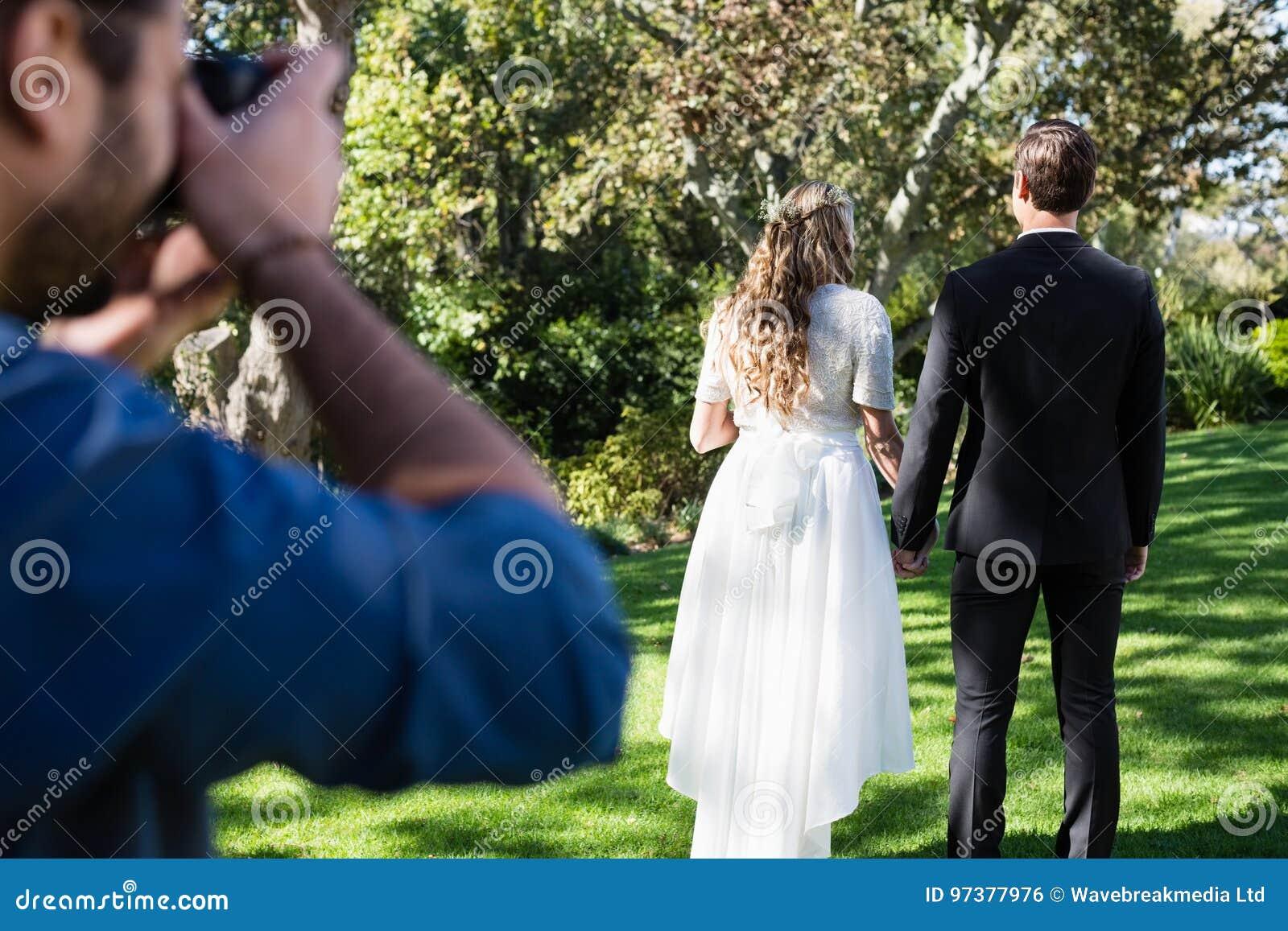 Fotógrafo que toma a foto recentemente do casal