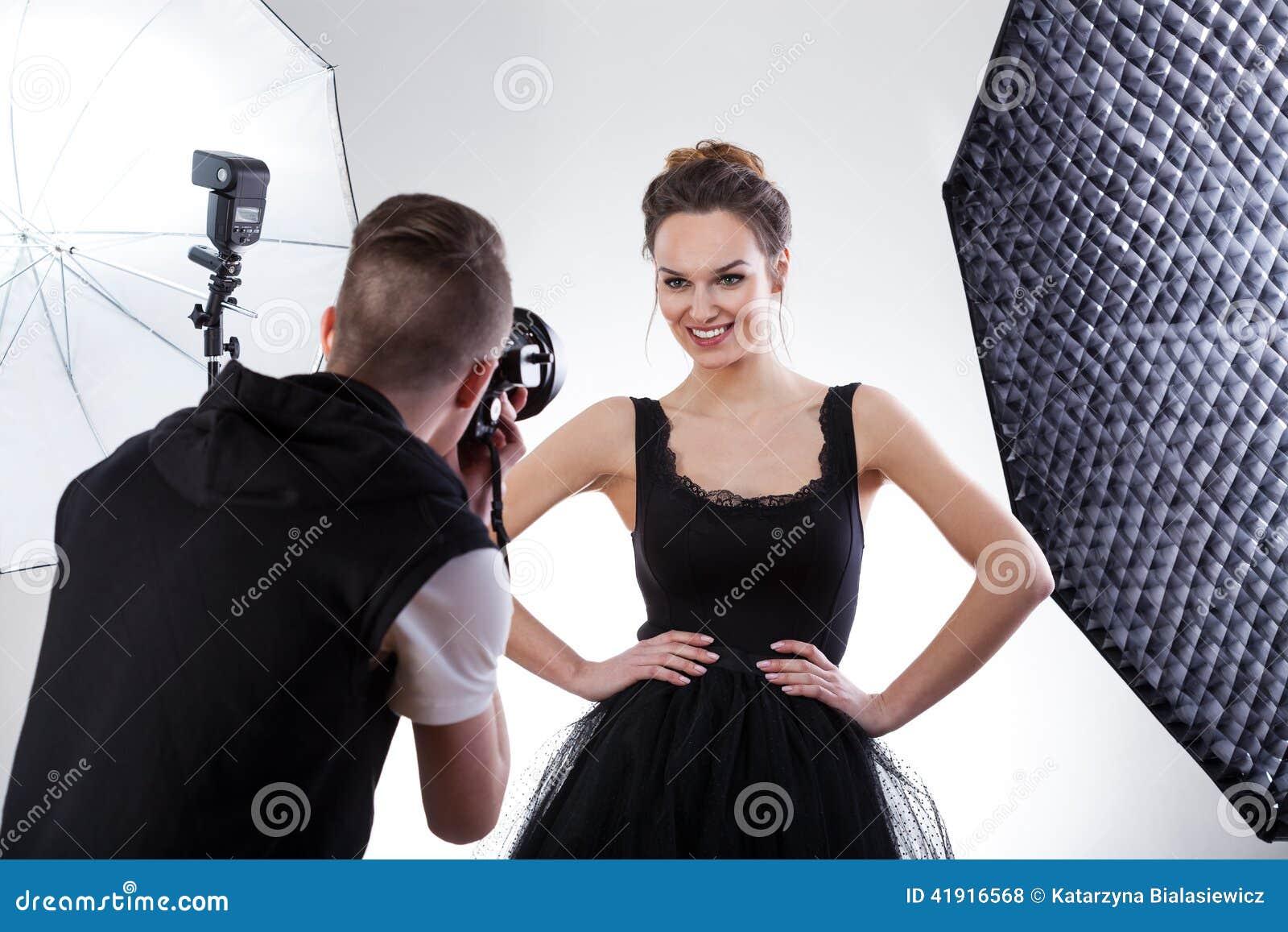 Fotógrafo y modelo que trabajan junto