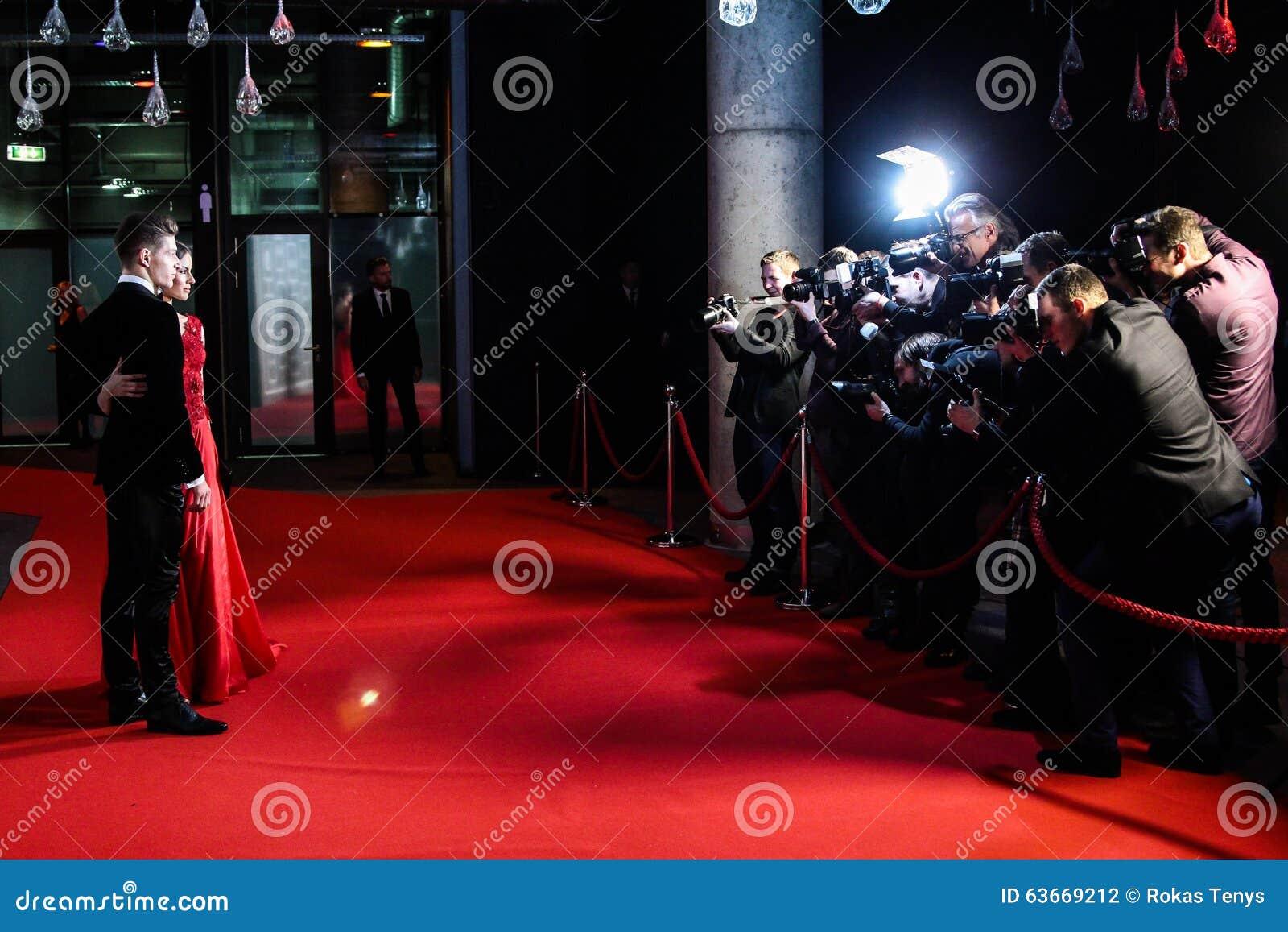 Fotógrafos que toman imágenes en la alfombra roja
