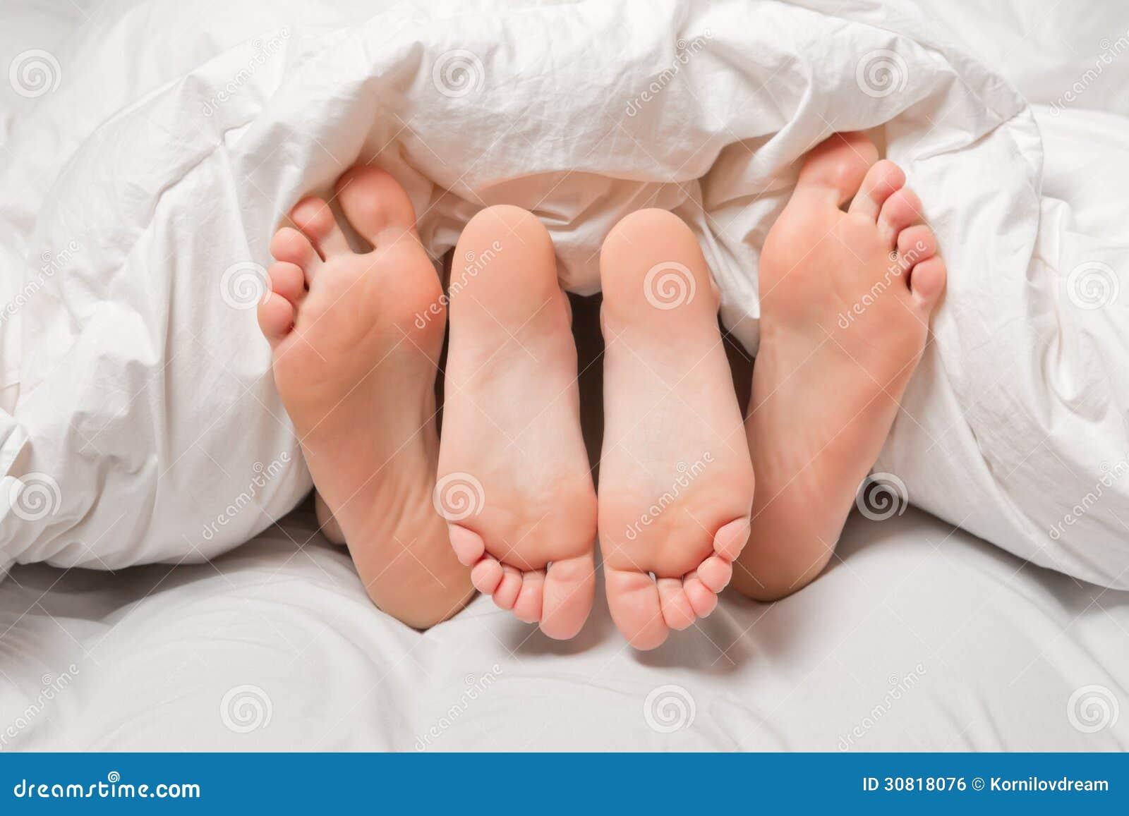 Fot i en säng