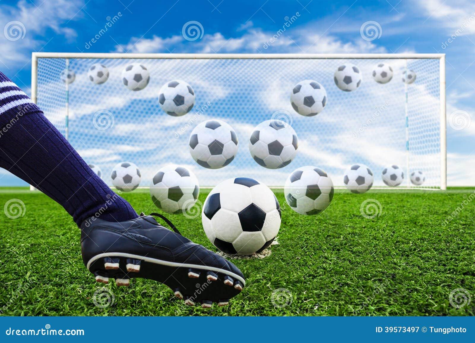 Fot som sparkar fotbollbollen