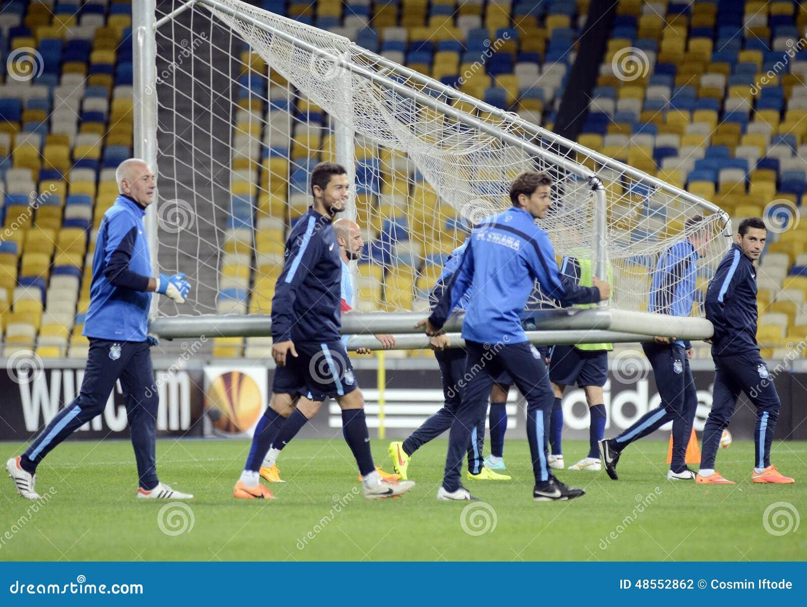 Fotbollsspelare bär målstolpe