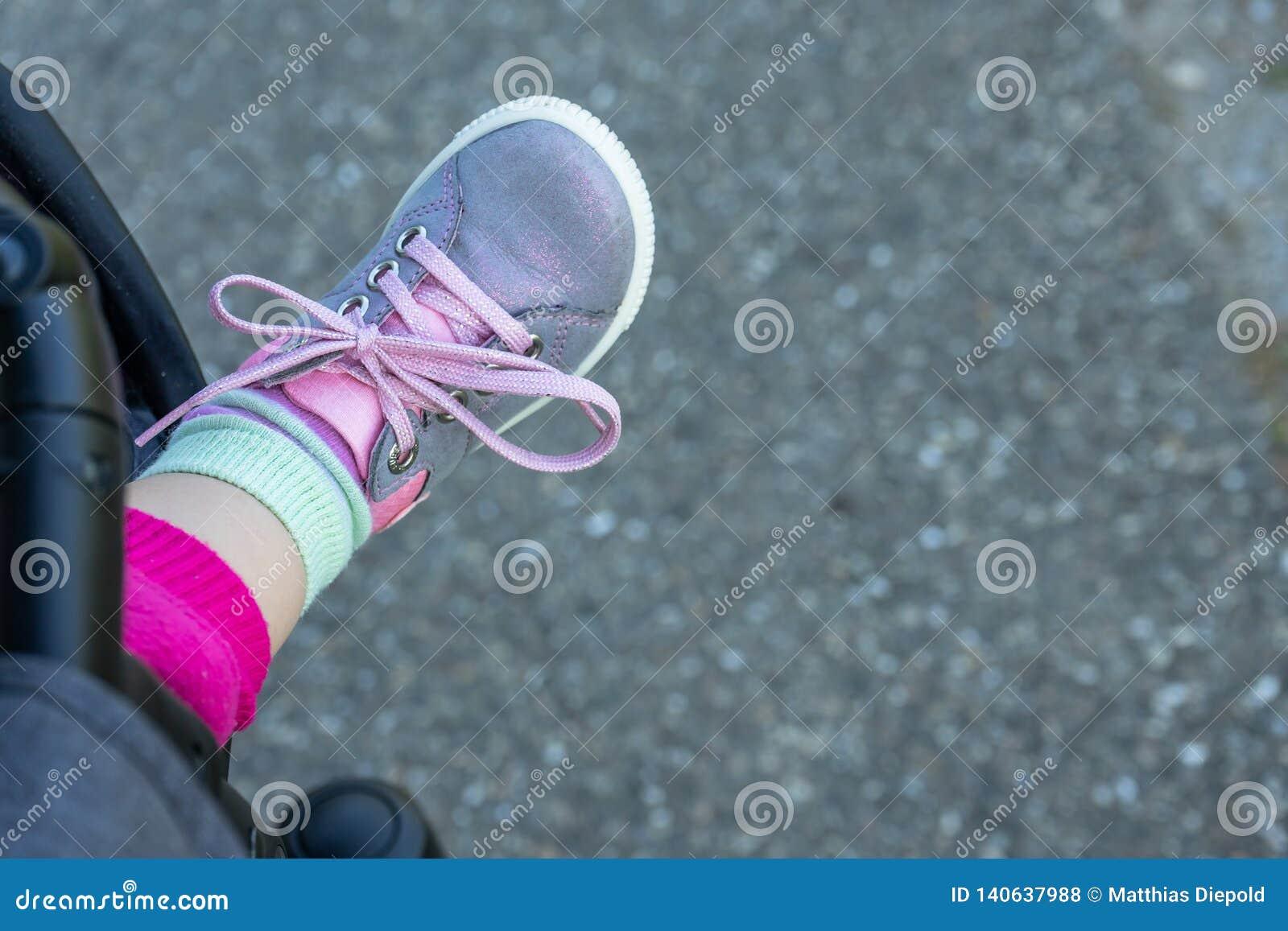 Foten av behandla som ett barn med skon