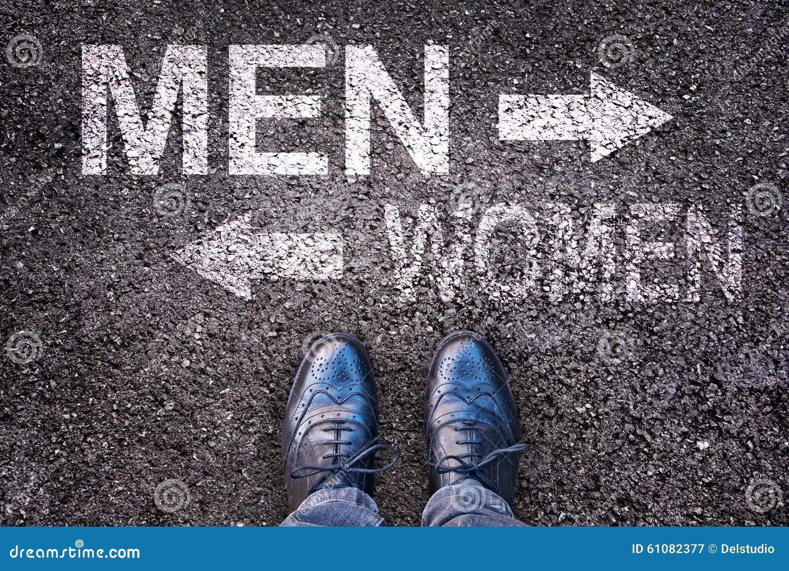 Foten och ordmän och kvinnor målade på en väg