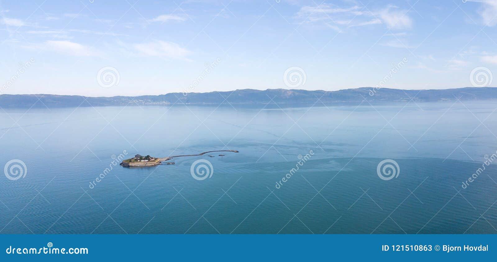 Foto aérea del islote de Munkholmen en el Trondheimsfjord
