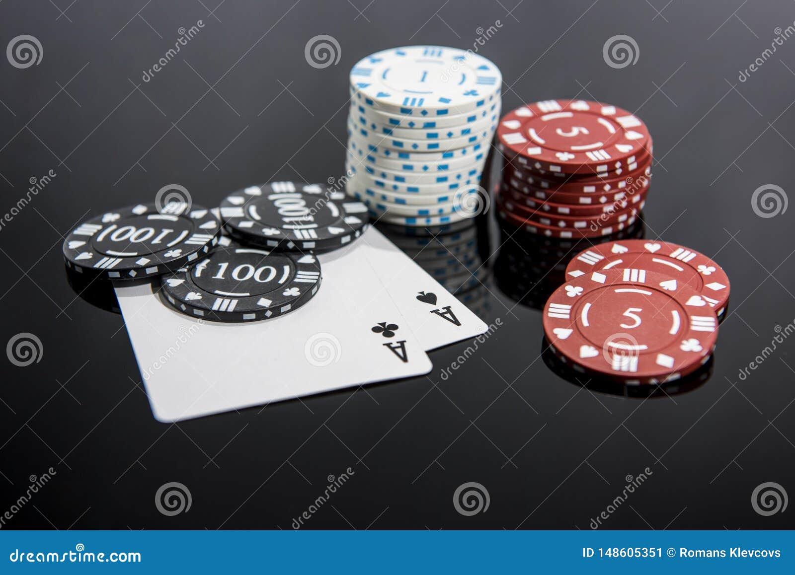 Foto abstracta del casino Juego de p?ker en fondo rojo Tema del juego