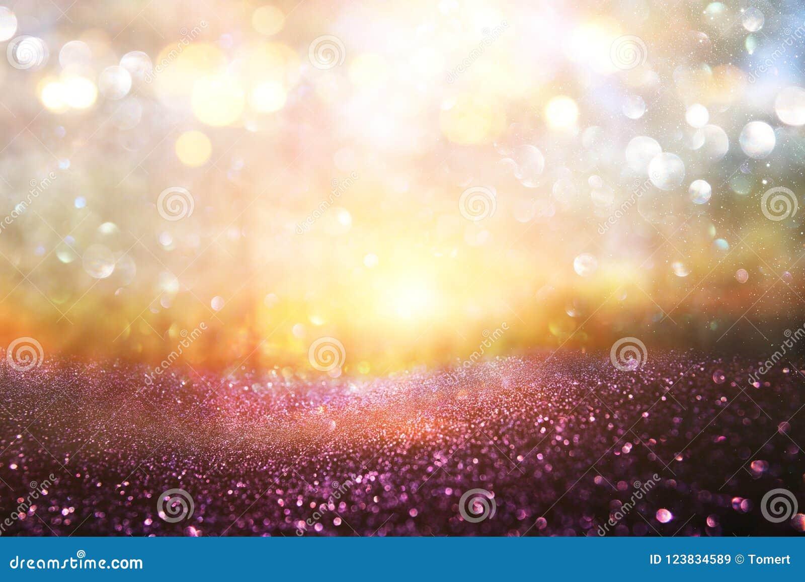 Foto abstrata borrada da explosão da luz entre árvores e luzes douradas do bokeh do brilho