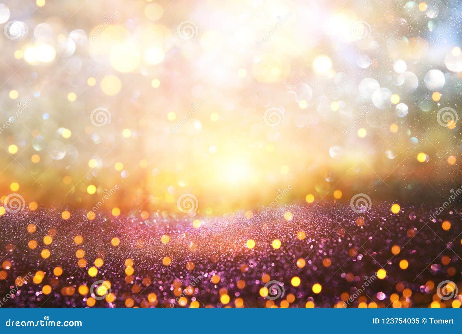 A foto abstrata borrada da explosão da luz entre árvores e o brilho vão