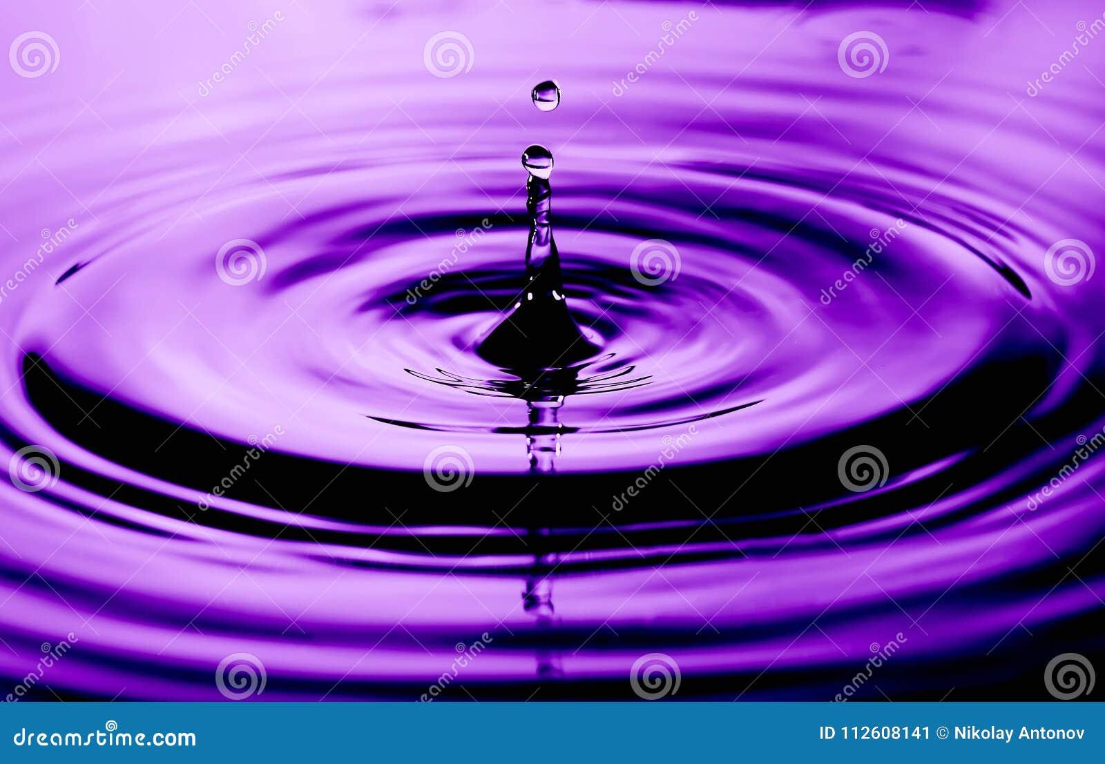 Foto abstrata de gotas da água Foto agradável da textura e do projeto com cor ultravioleta