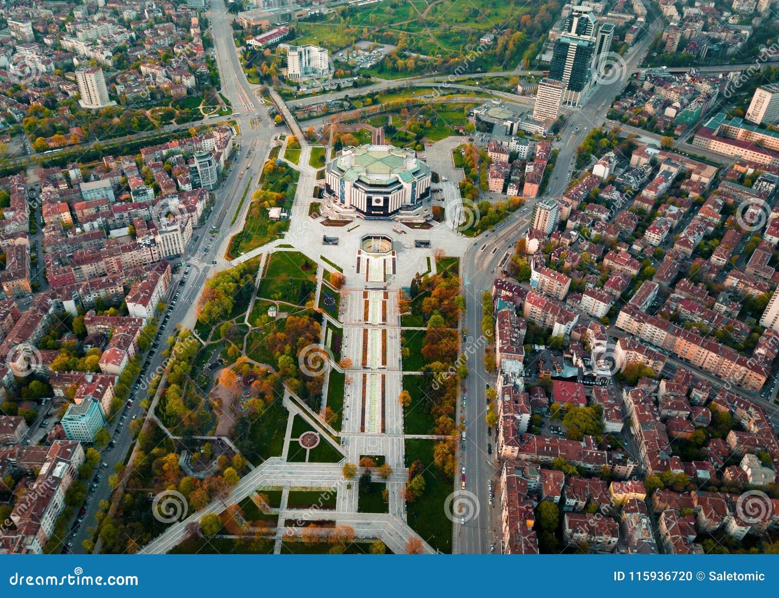 Foto aerea del palazzo nazionale di cultura a Sofia