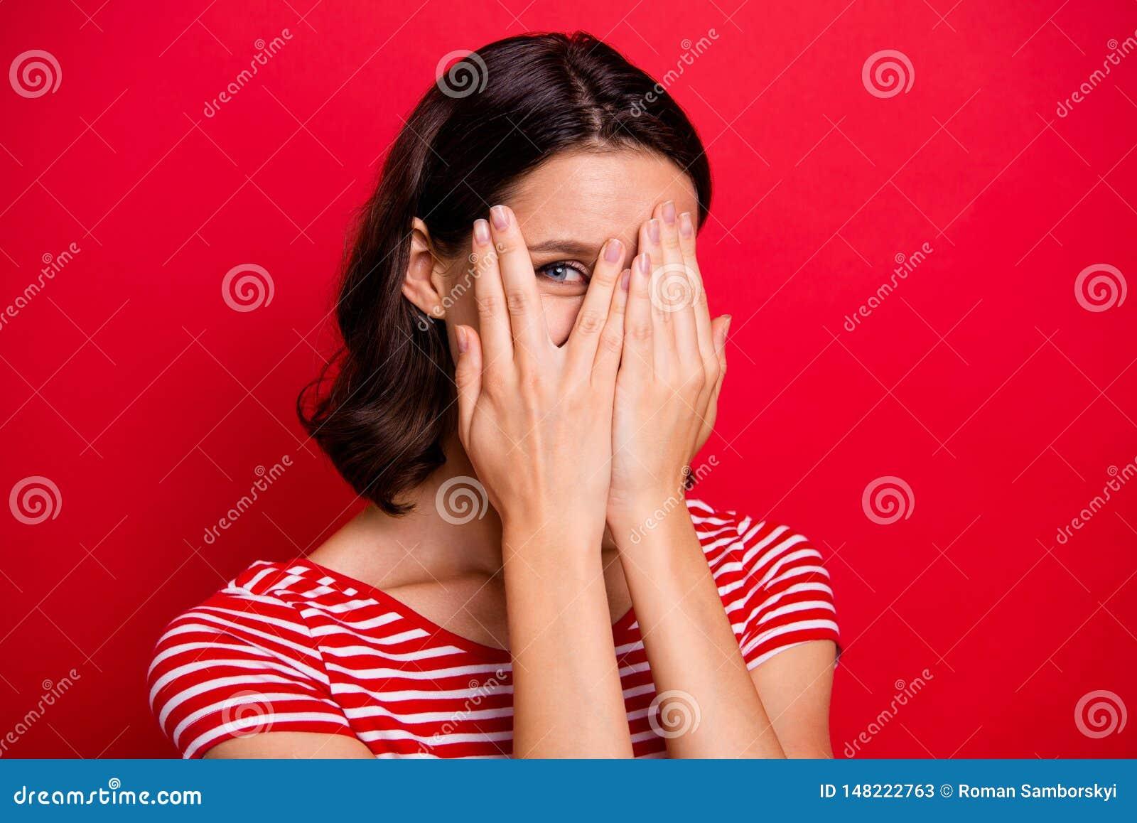 A foto ascendente próxima da cara próxima descuidada despreocupada das mãos do adolescente adolescente encantador consideravelmen