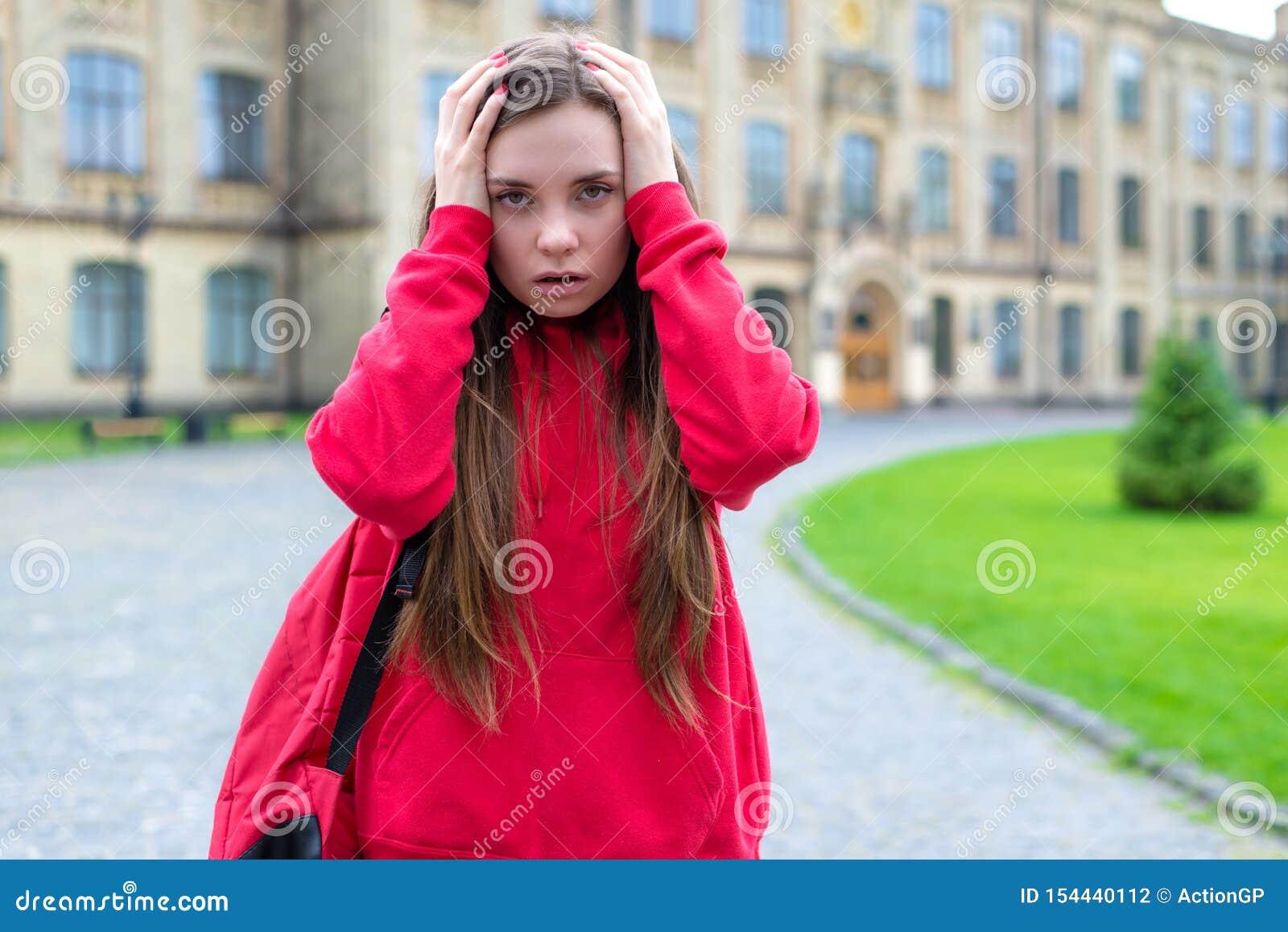 A foto ascendente próxima de ansioso pessimista tendo o problema do problema com lições não compreende o exame importante durmido