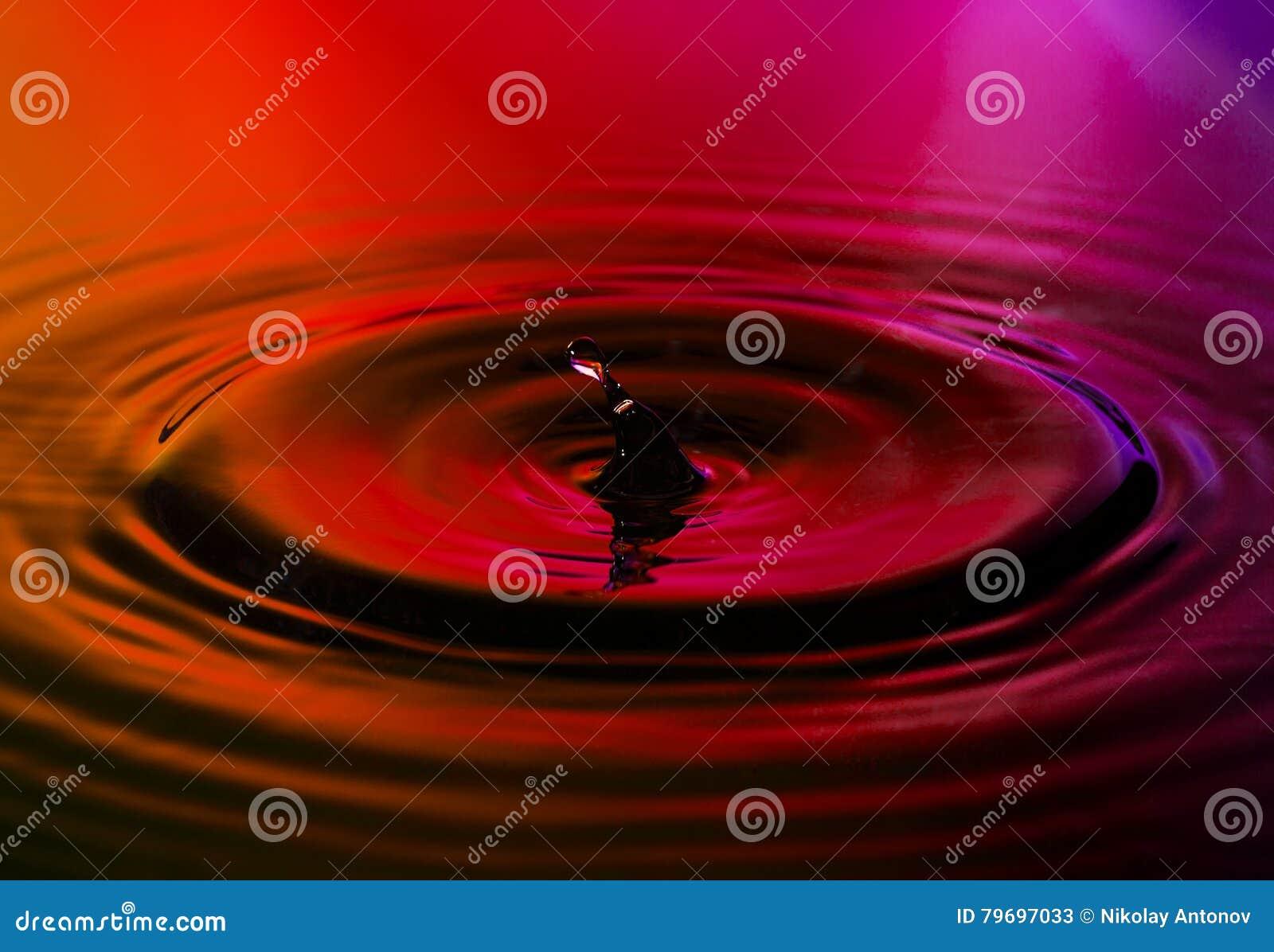 Foto astratta di goccia di acqua su fondo piacevole