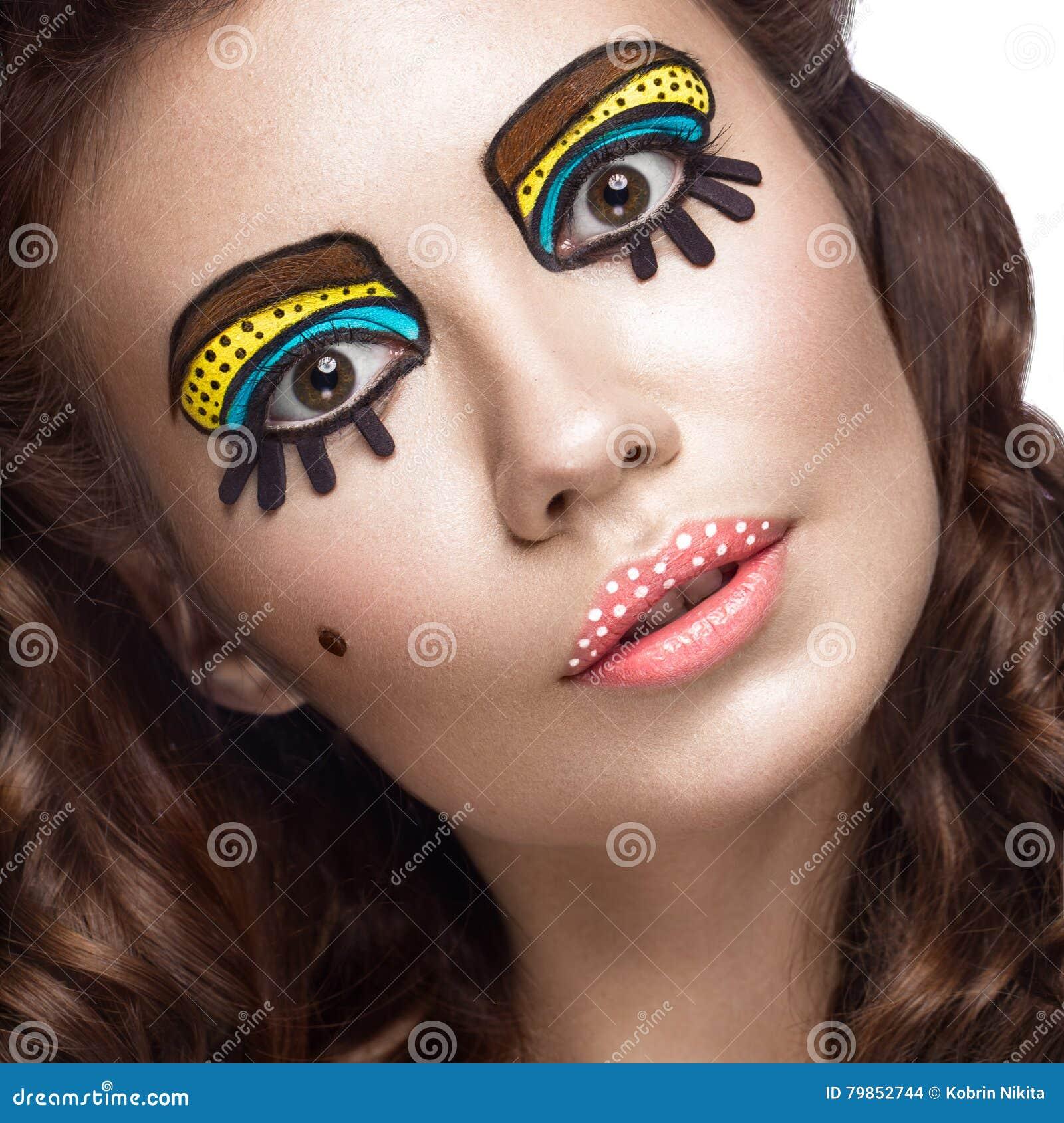Foto av den förvånade unga kvinnan med yrkesmässigt komiskt smink för popkonst och designmanikyr Idérik skönhetstil