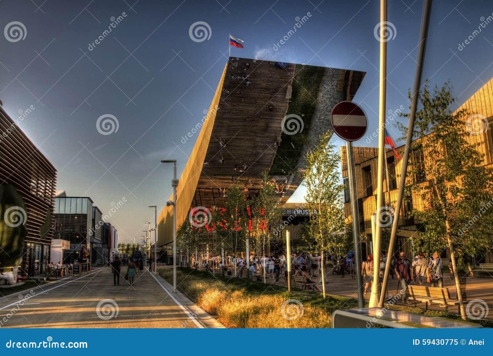 Foto av den stora ryska pavilionanden dess besökare på den Milan EXPON 2015