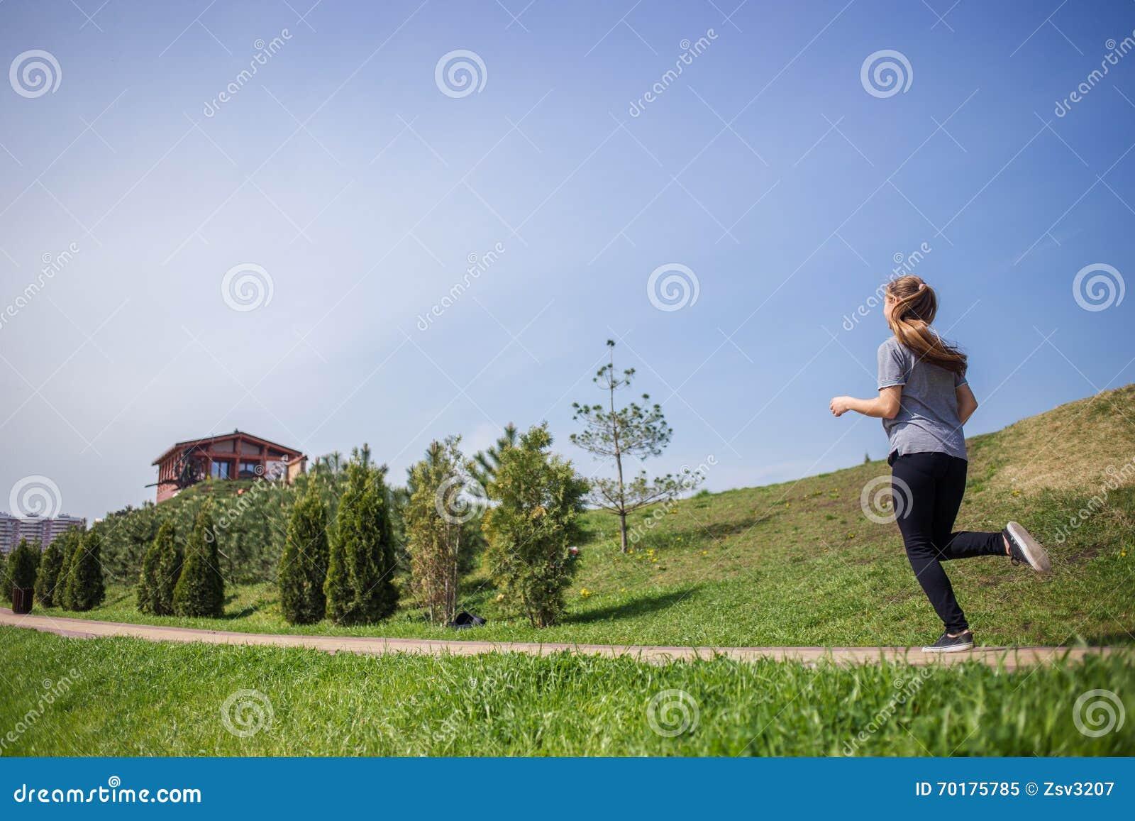 Foto av den unga blonda kvinnan som gör rinnande aktiviteter