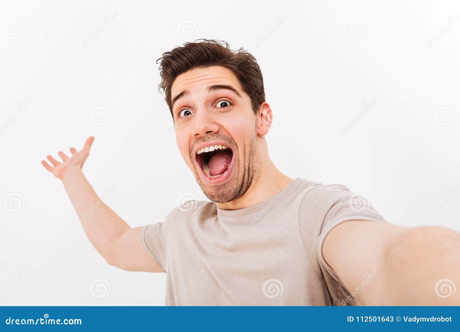 Foto av den upphetsade mannen i tillfällig t-skjorta och borstet på framsidascrea