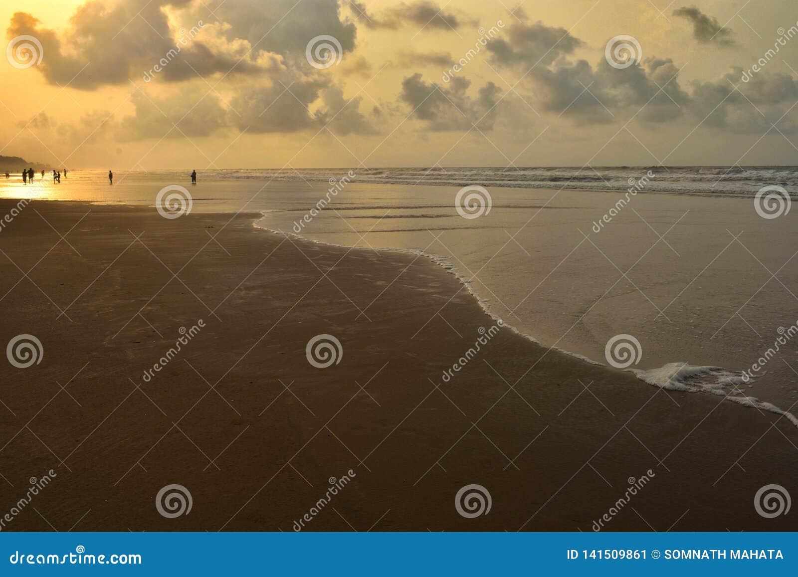 Foto av en havsstrand efter soluppgången