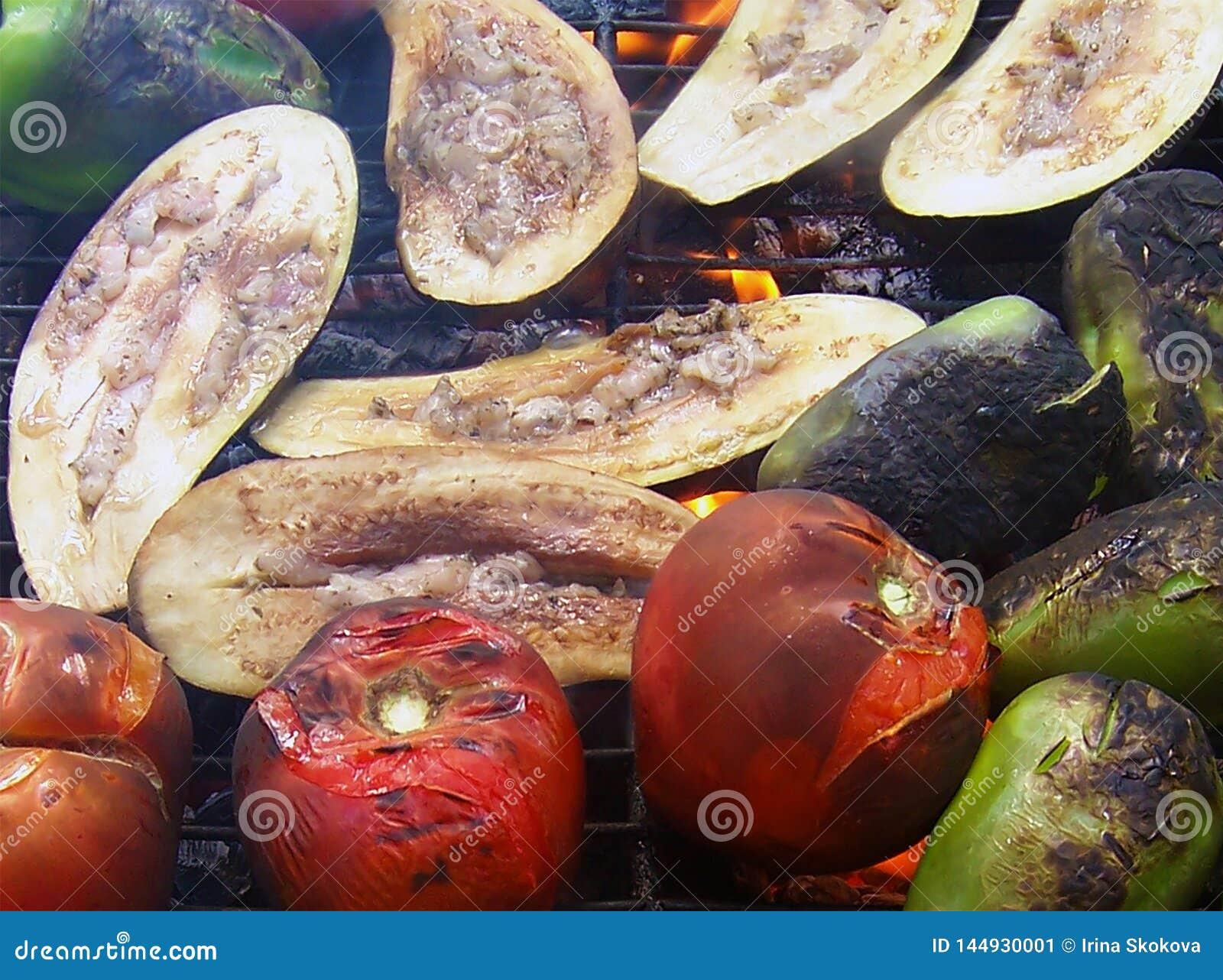 Foto av grillade grönsaker - tomat, peppar och aubergine
