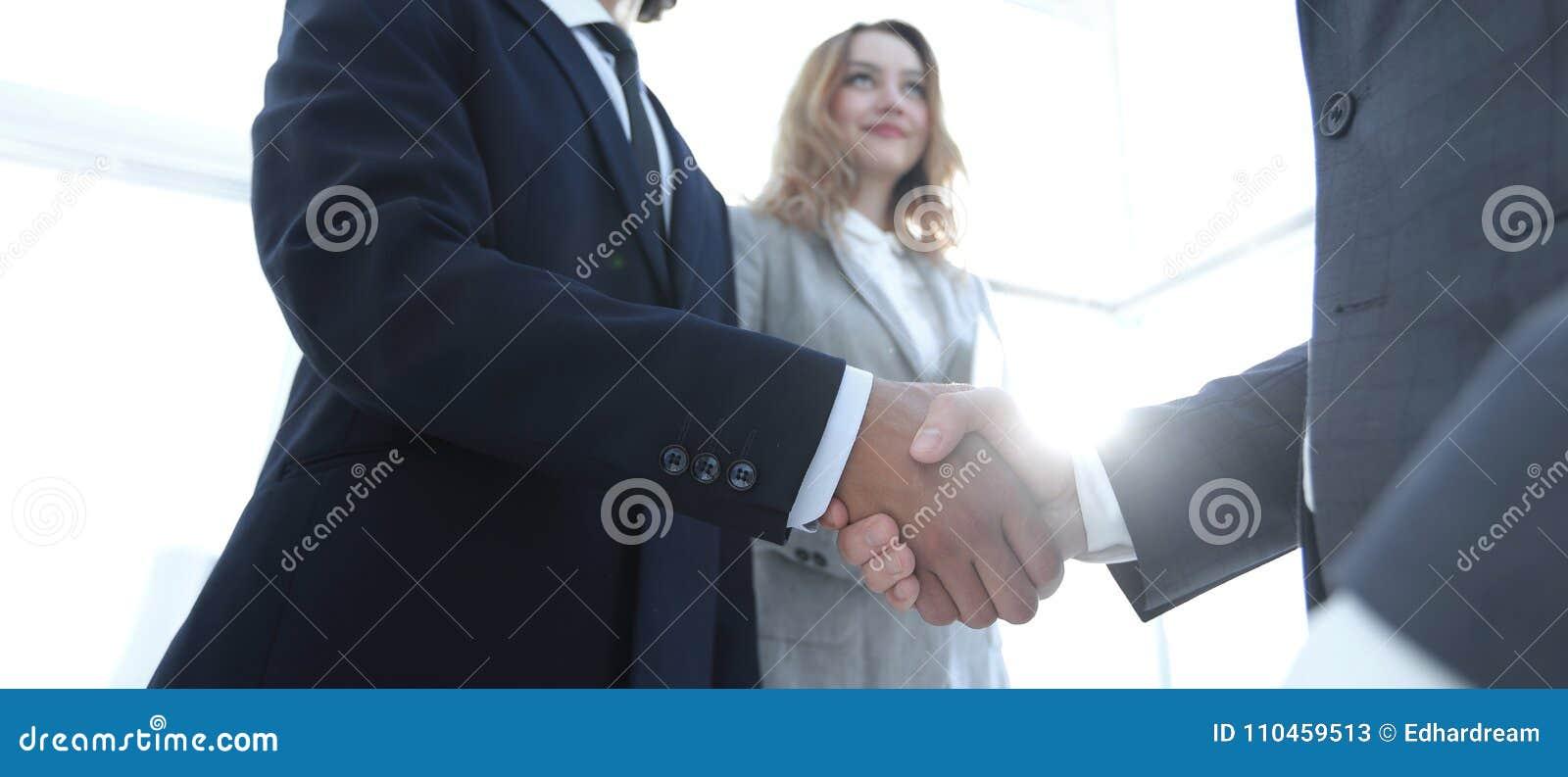 Foto av handskakningen av två lyckliga affärsmän