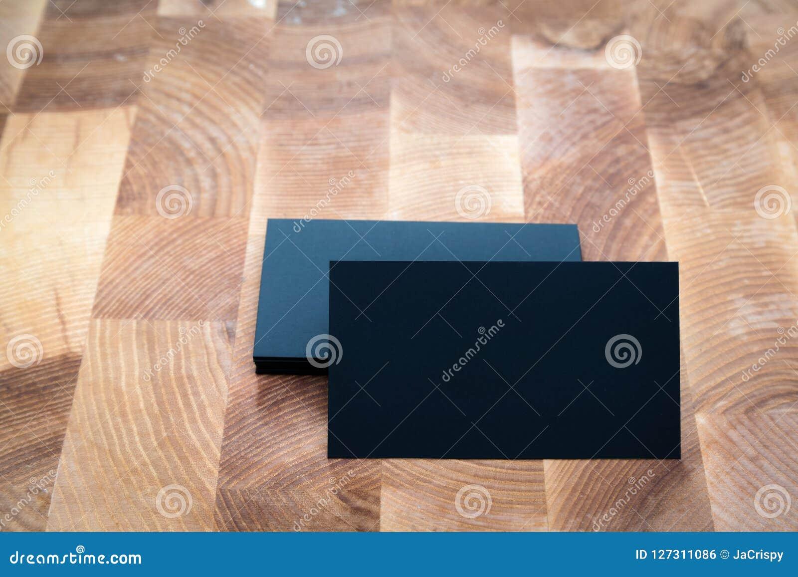 Foto av kort för svartmellanrumsaffär på träbakgrund Templa