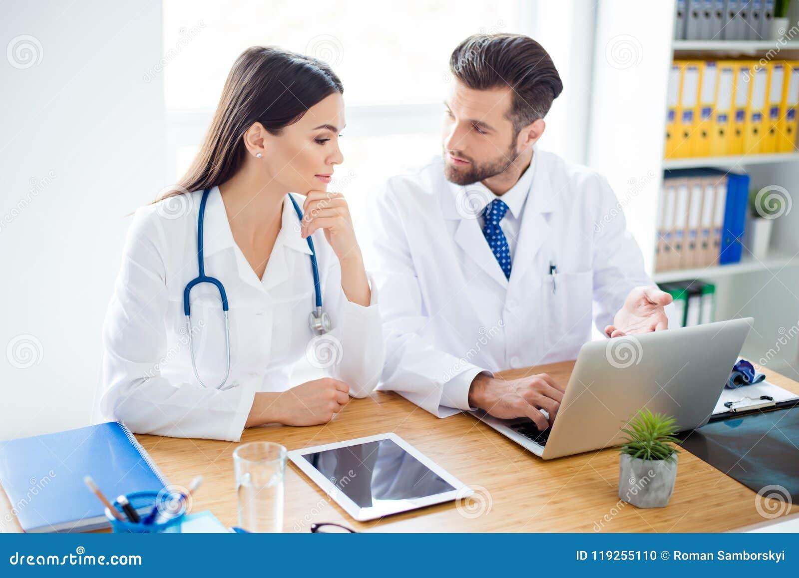 Foto av två doktorer som diskuterar tillsammans den nya vägen av behandlingwh